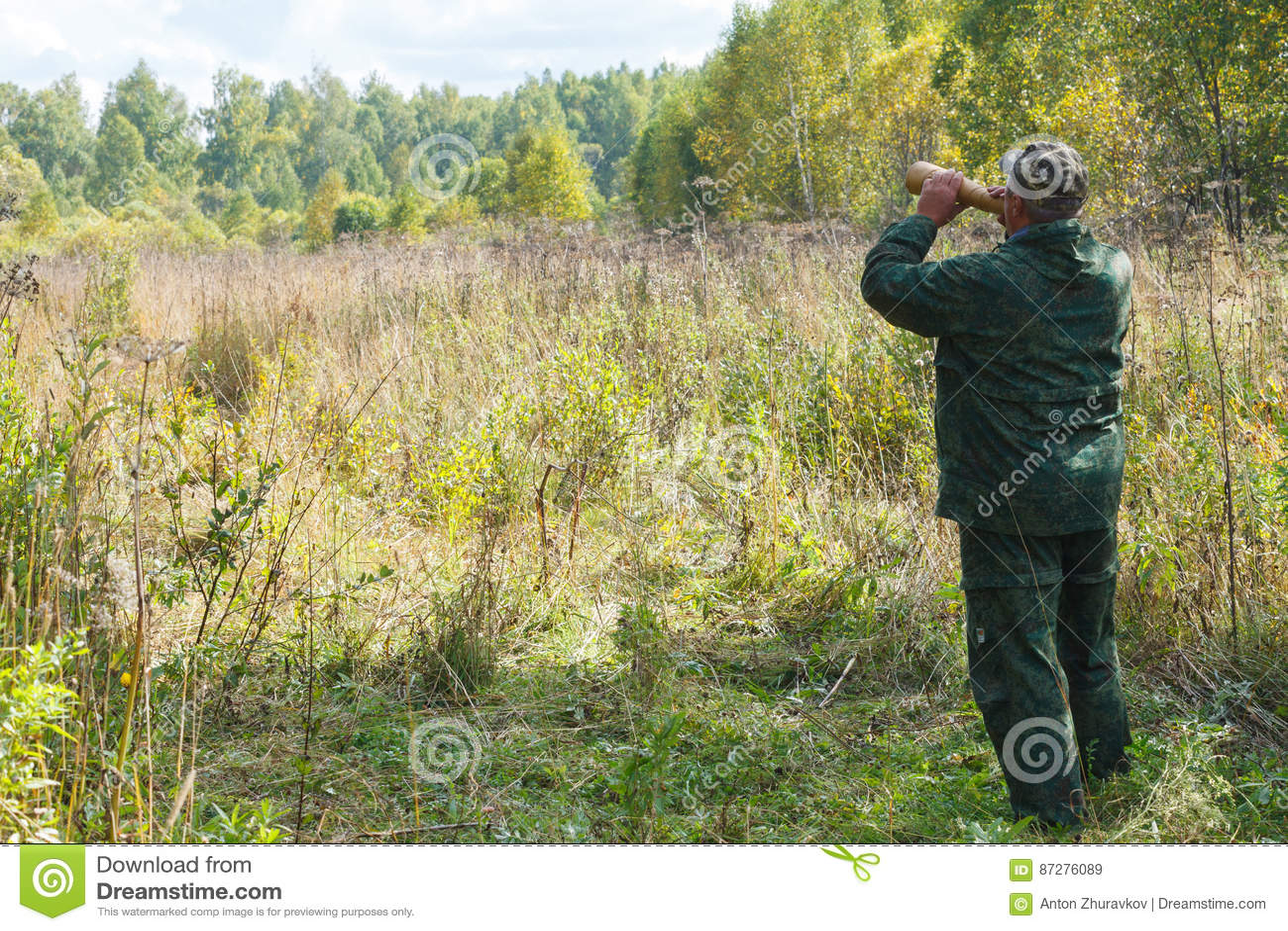 Le chasseur appelle un orignal pendant la chasse d ornière