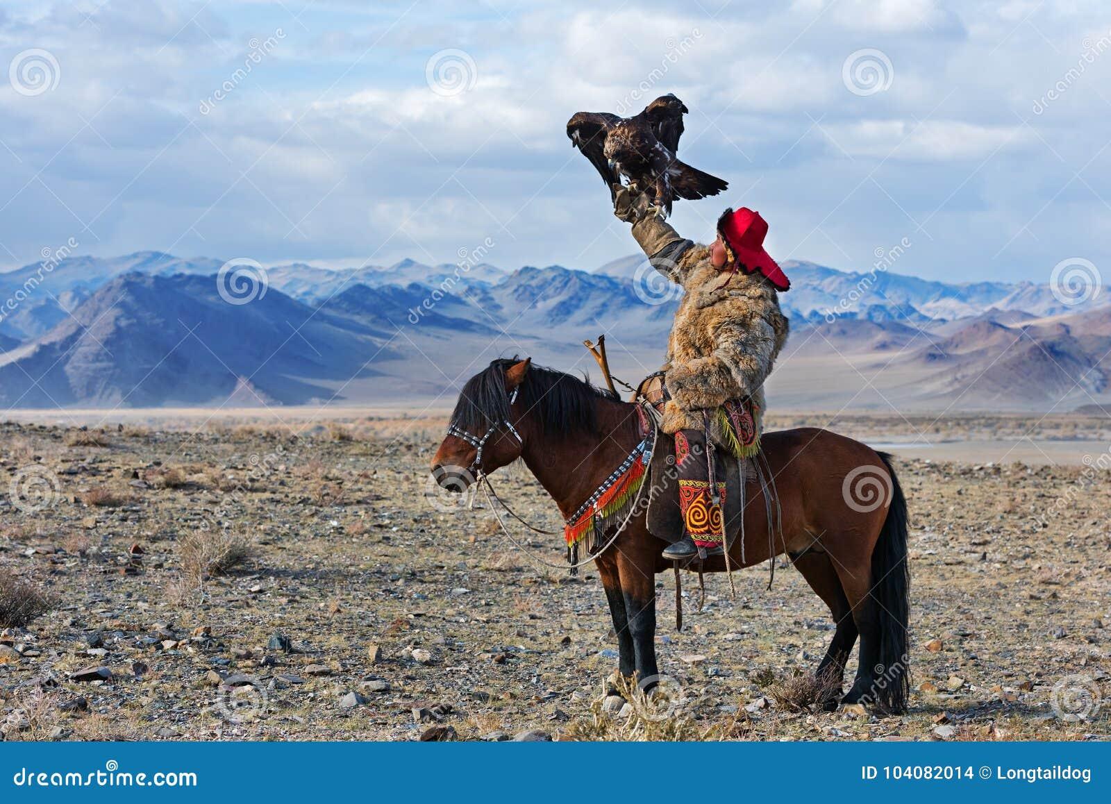 Le chasseur inconnu avec Eagle d or montre son expérience dans la fauconnerie