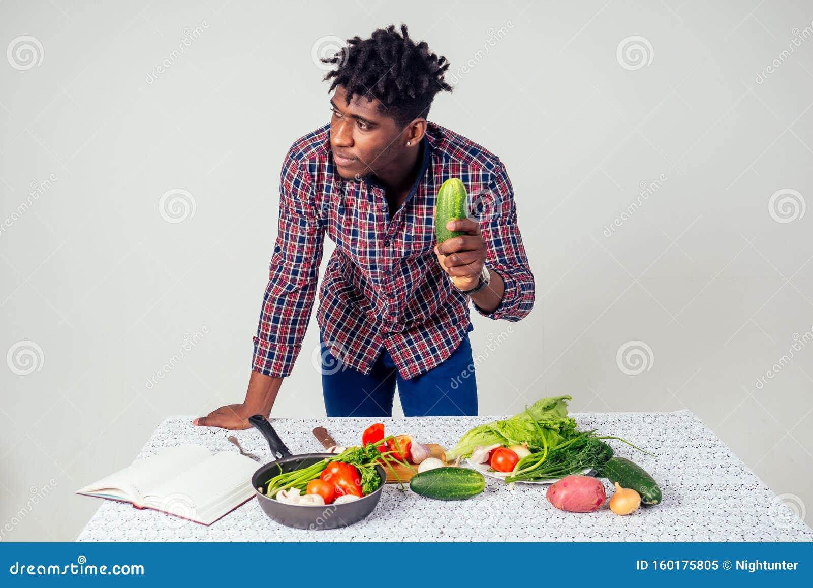Le Chef Afro Americain Qui Regarde La Recette Livre Cuisine Une