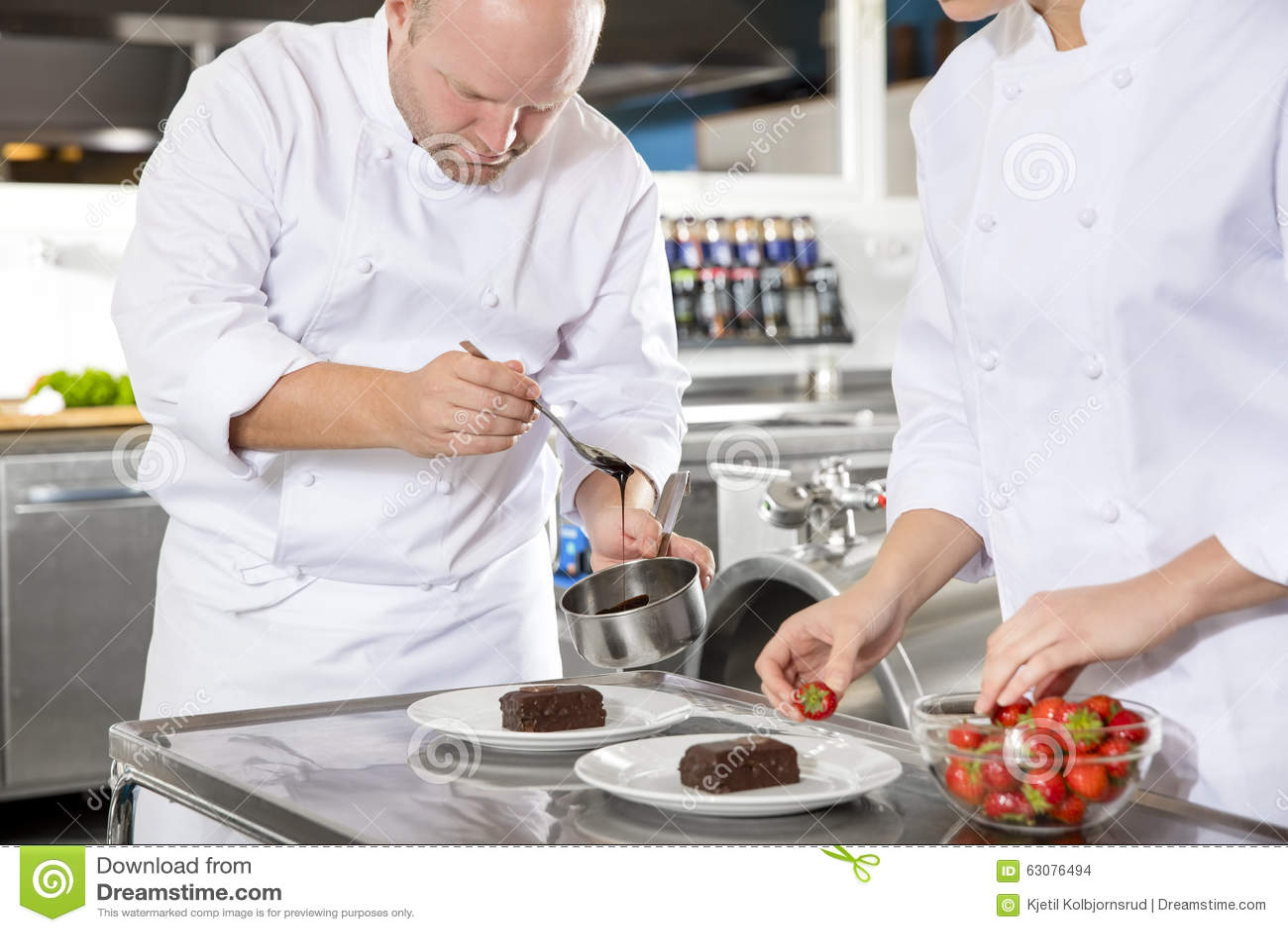 Download Le Chef Décore Le Gâteau De Dessert Avec La Crème Au Chocolat Dans La Cuisine Photo stock - Image du hôtel, affaires: 63076494