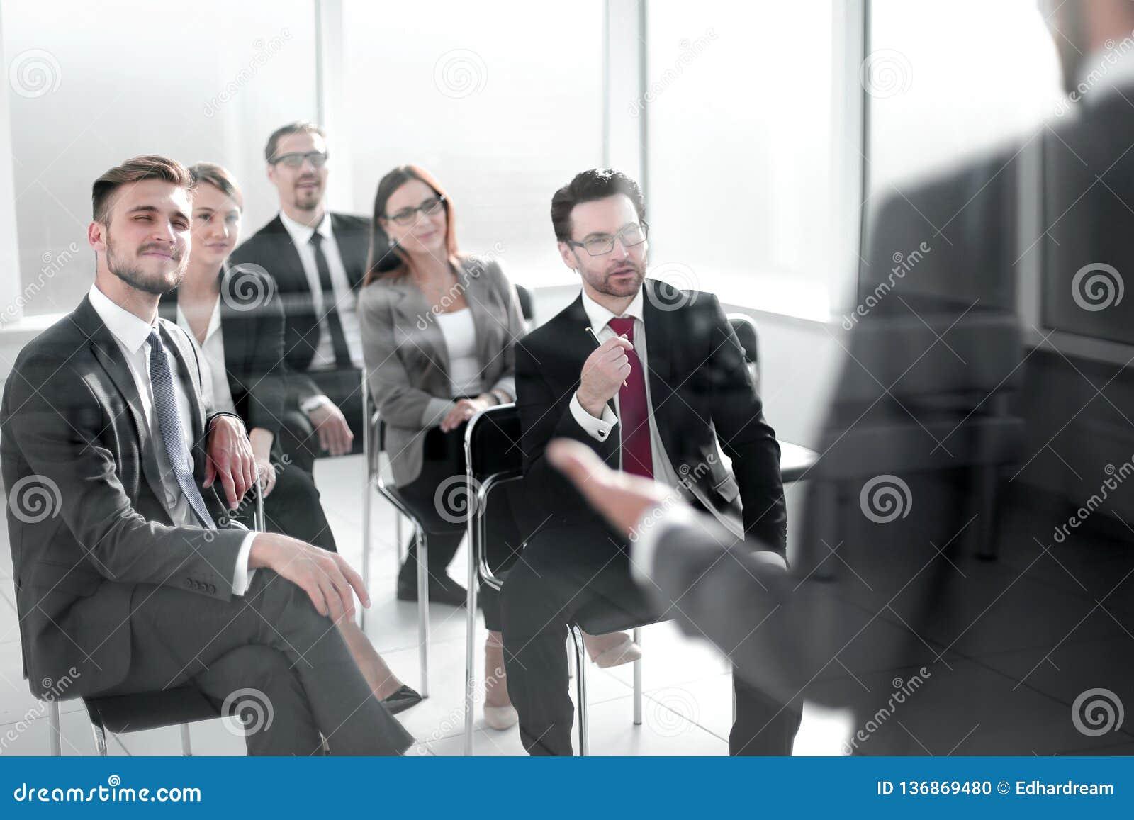 Le chef de projet rédige un rapport pour l équipe d affaires