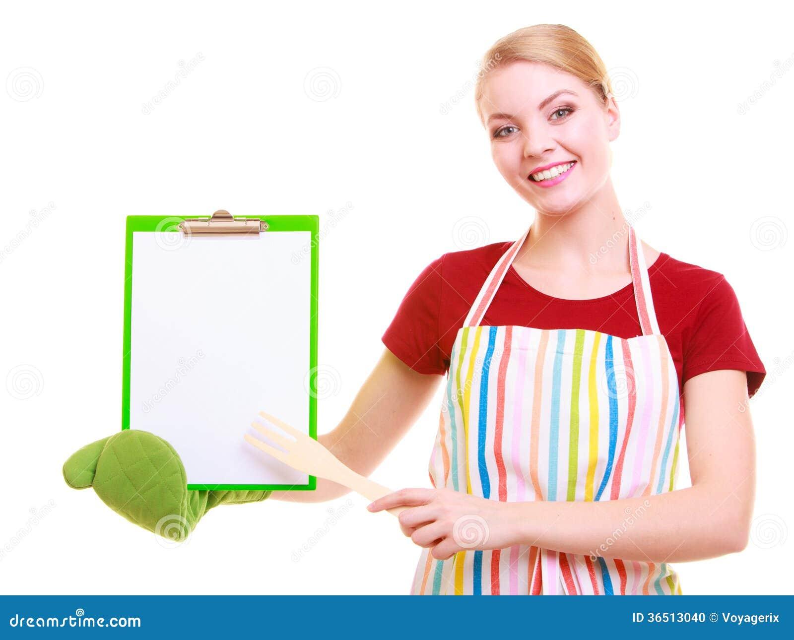 Le chef montrant le presse-papiers avec le blanc vide pour le texte a recommandé le menu