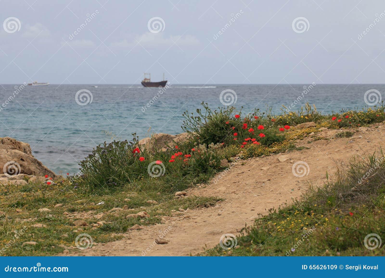 Le chemin à la mer et au bateau échoué cyprus pathétique