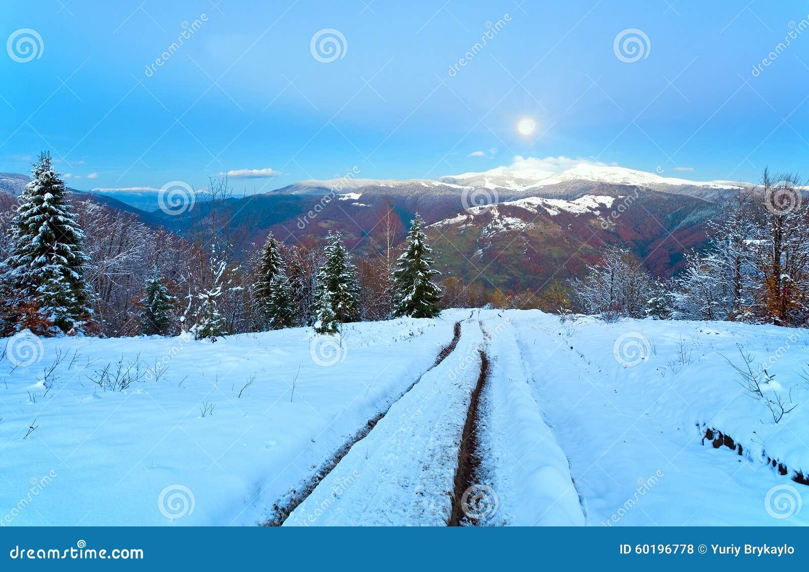 Le chemin de soirée de l automne à l hiver et l imbécile musardent (carpathien, Ukr