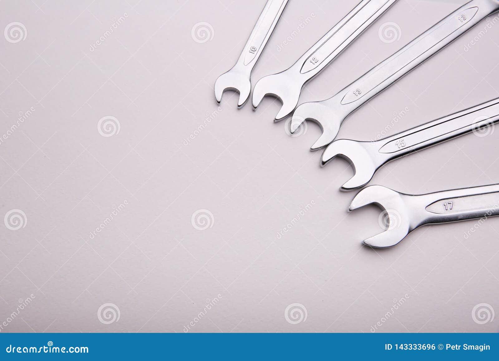 Le chiavi si trovano su un fondo bianco in un semicerchio sul lato