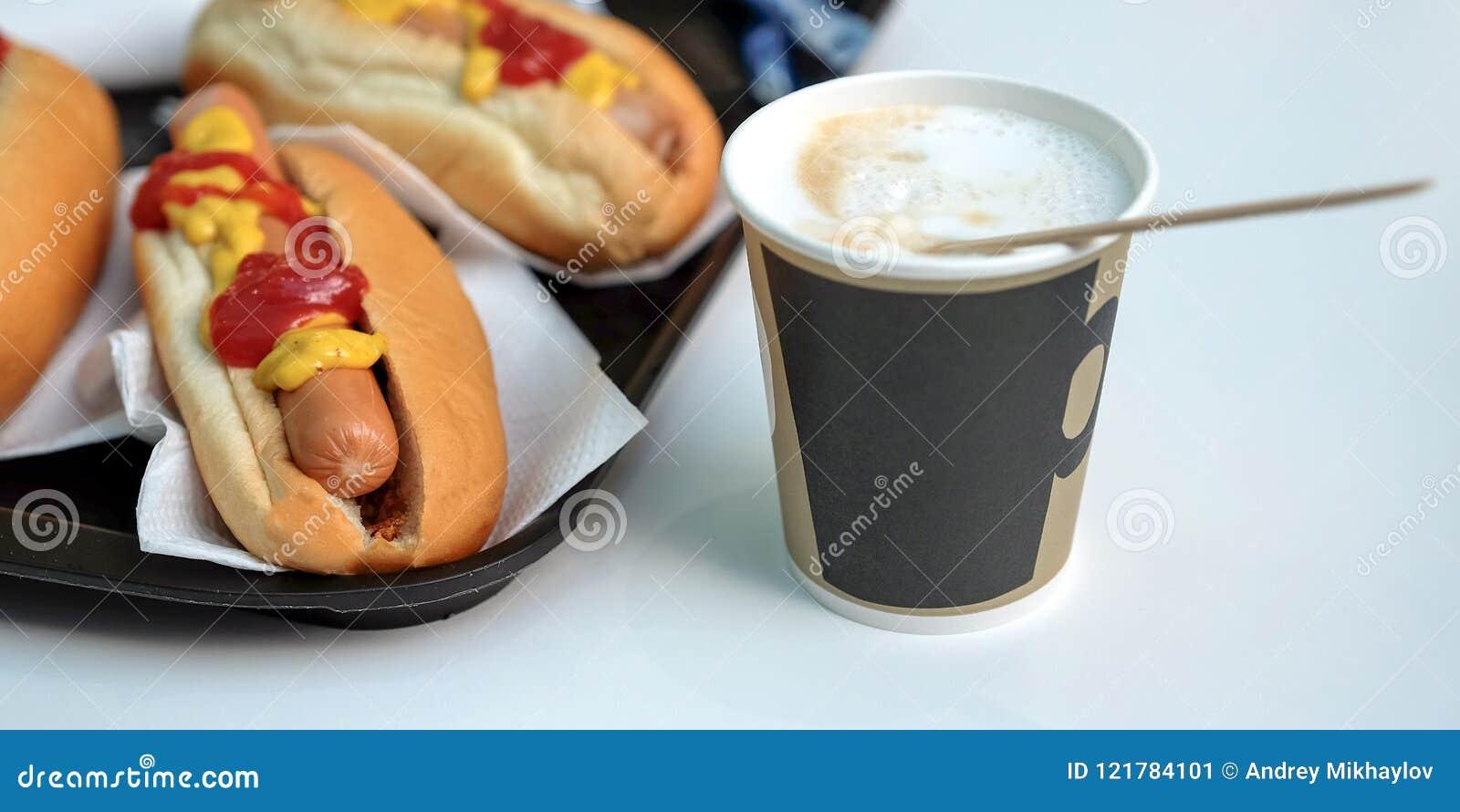Le-chiens, sauce, ketchup, café avec du lait dans une tasse latte