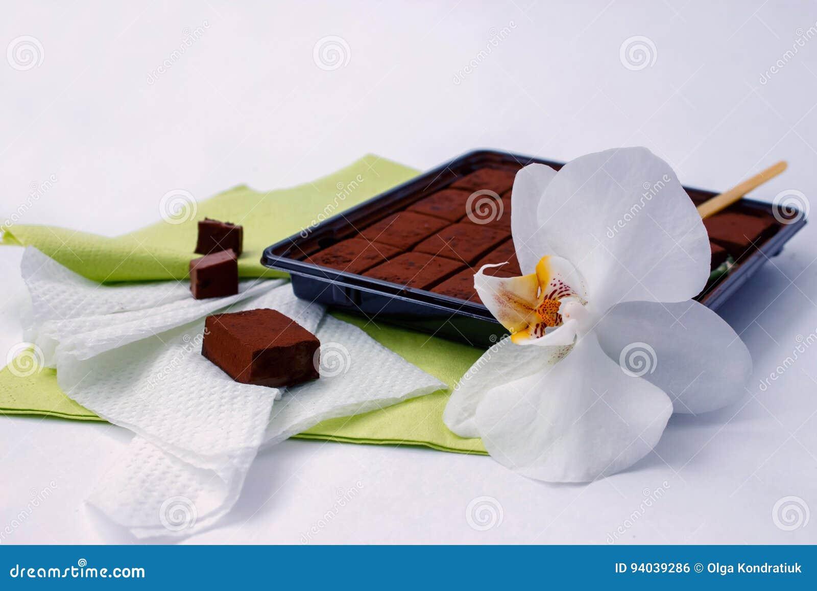Le chocolat amer et l orchidée japonais fleurissent sur le bureau