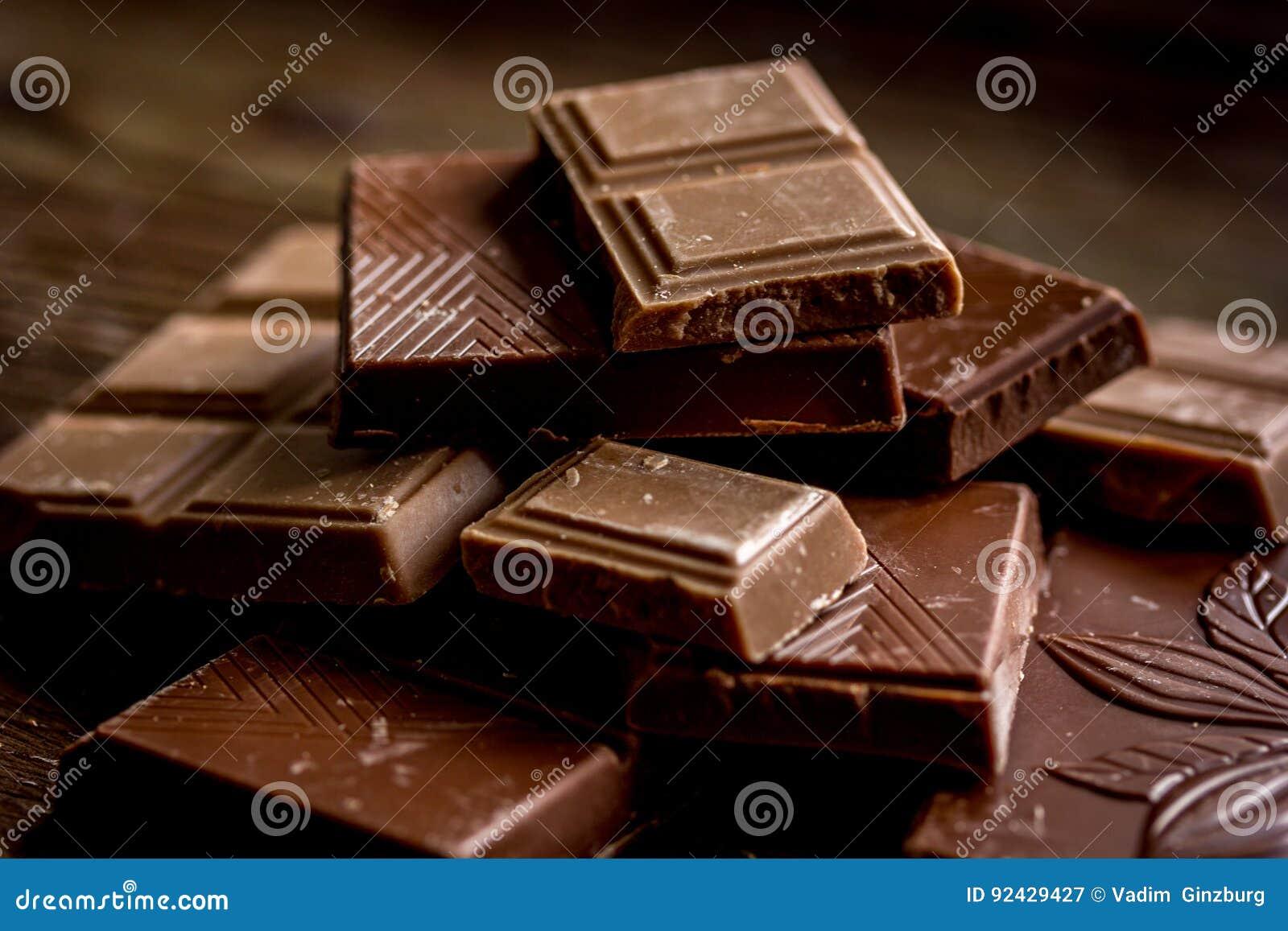 Le chocolat coupé rapièce pour le fond en bois foncé de bureau de