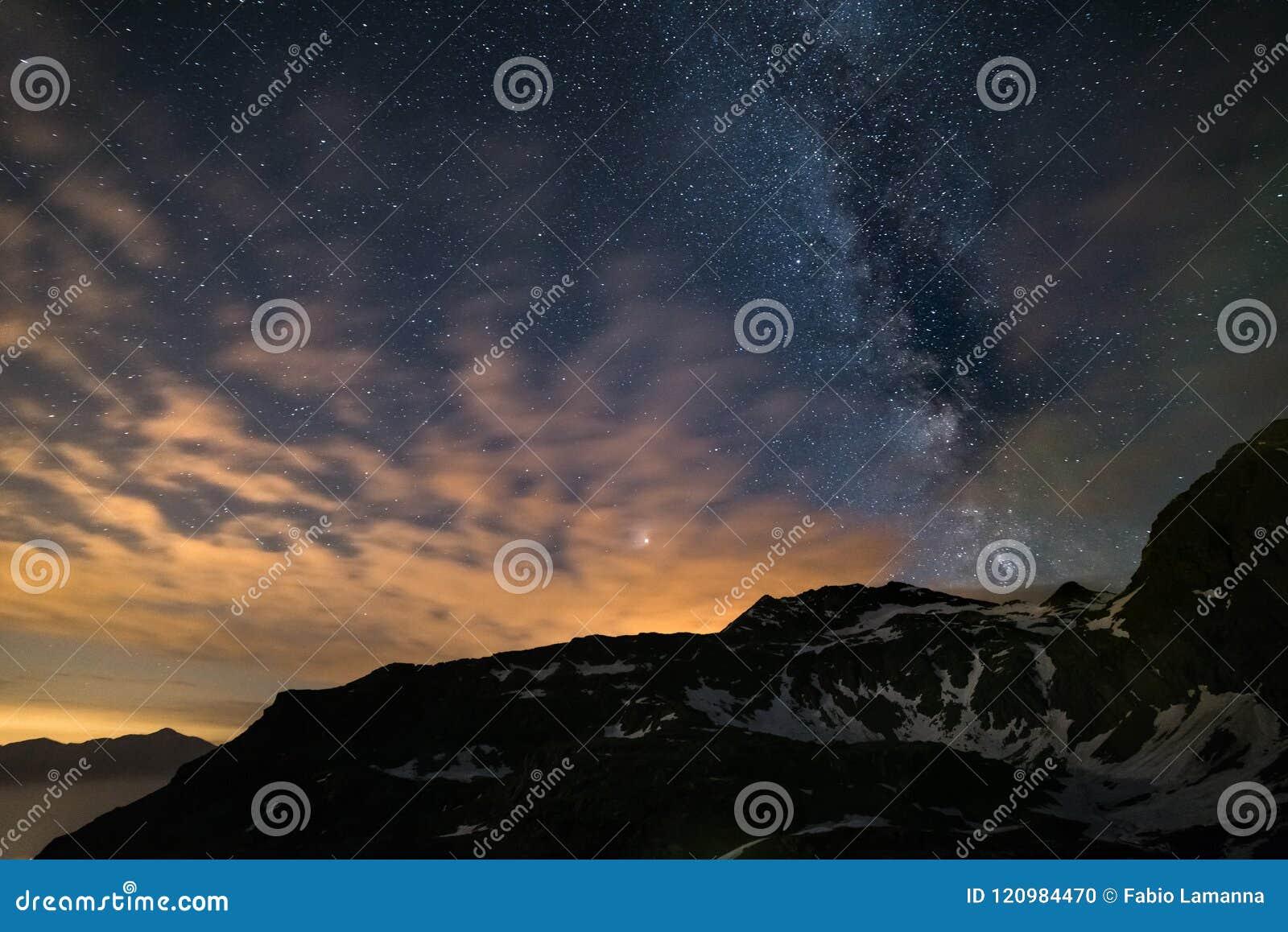 Le ciel nocturne d Astro, galaxie de manière laiteuse se tient le premier rôle au-dessus des Alpes, le ciel orageux, planète de M