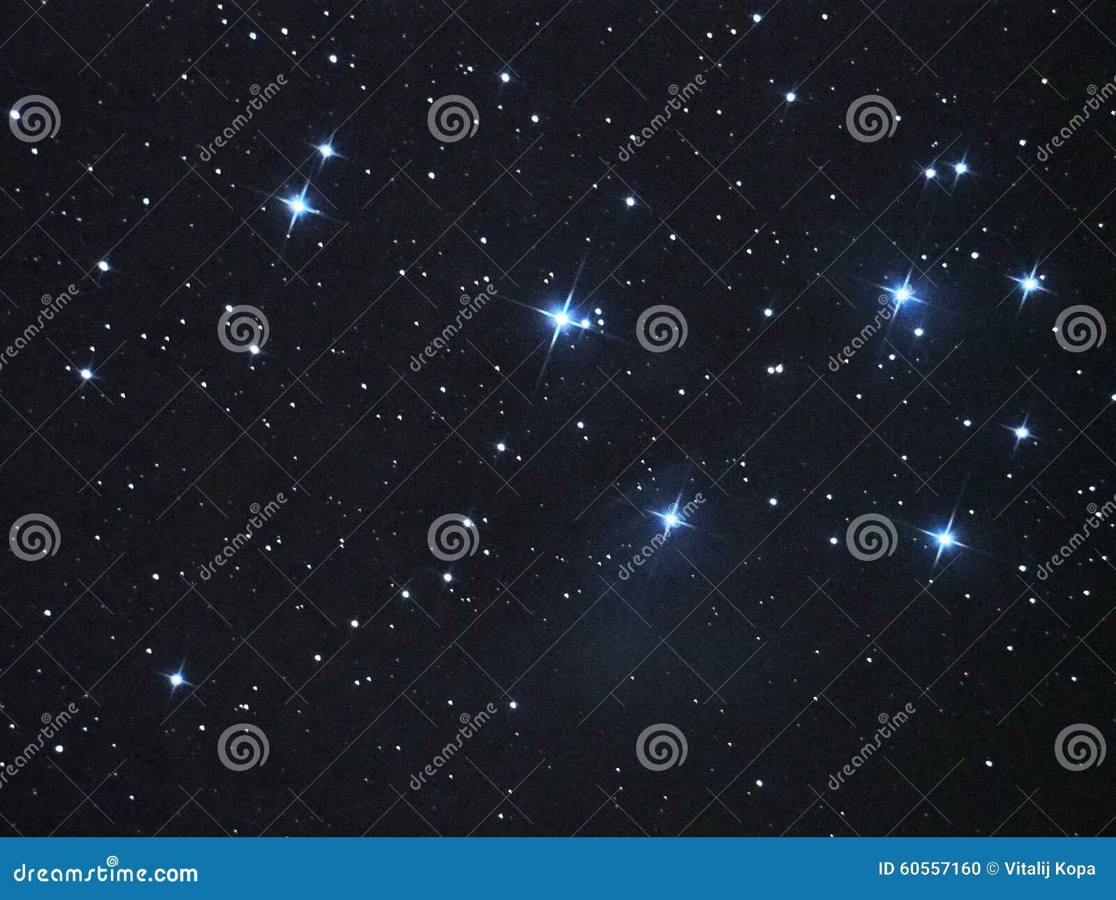 Le ciel nocturne tient le premier rôle la nébuleuse de Pleiades (M45) en constellation de Taureau