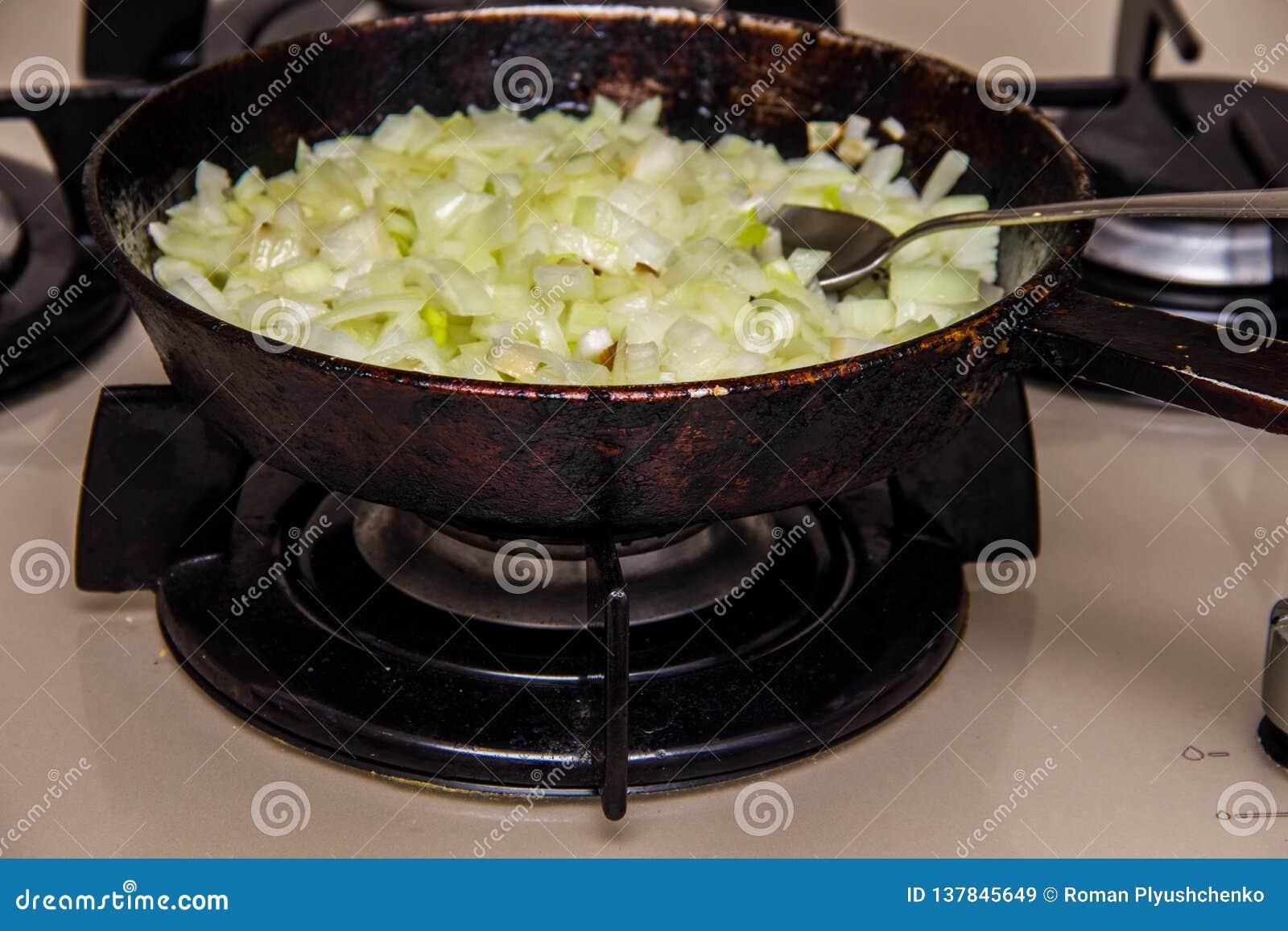 Le cipolle hanno fritto in una pentola