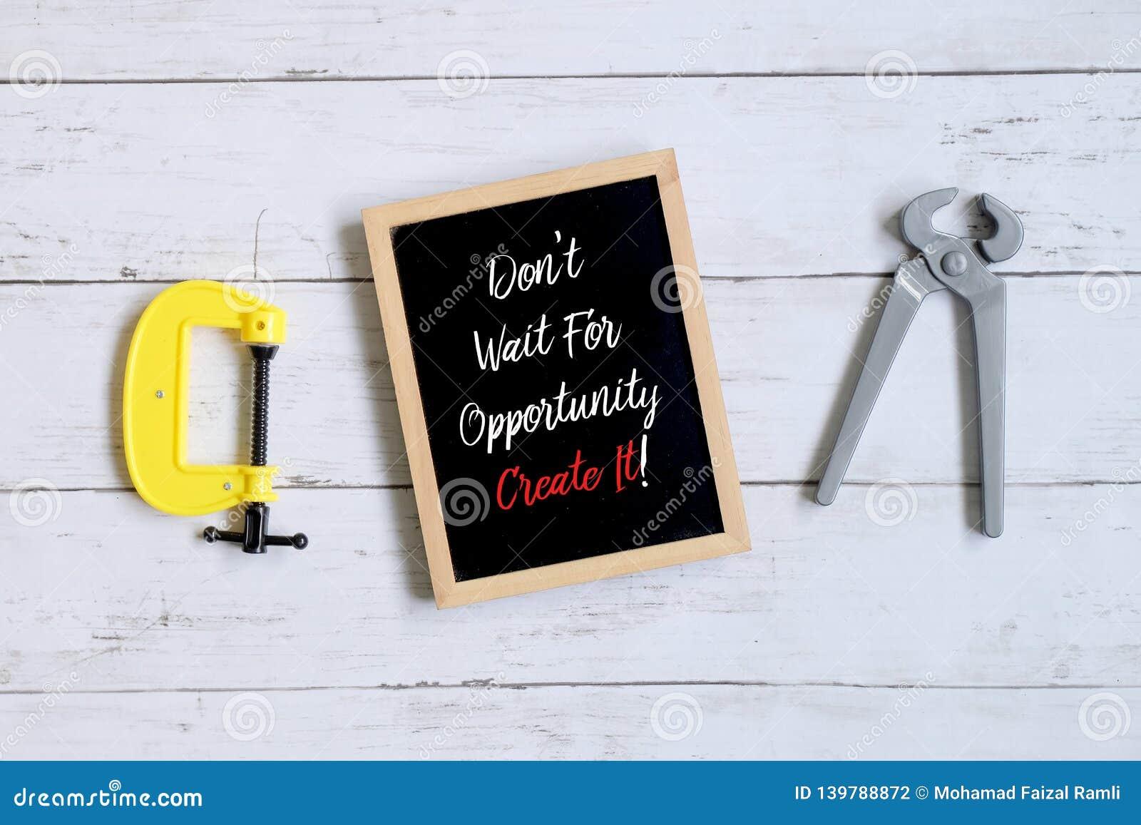 Le citazioni di motivazione non aspettano l opportunità la creano! su una lavagna Concetto di finanza e di affari