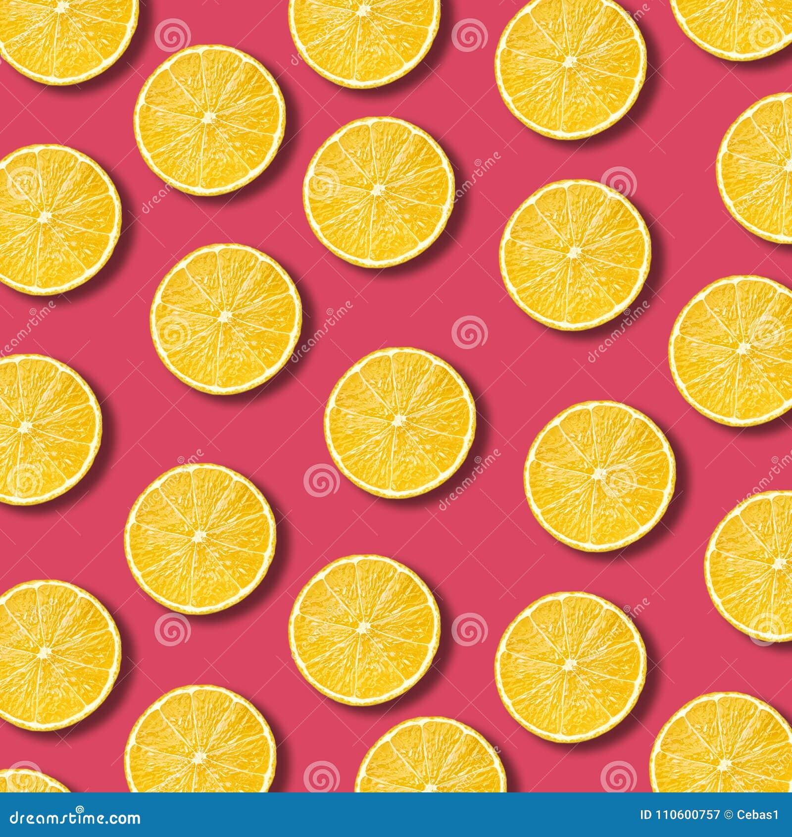 Le citron découpe le modèle en tranches sur le fond vibrant de couleur de grenade