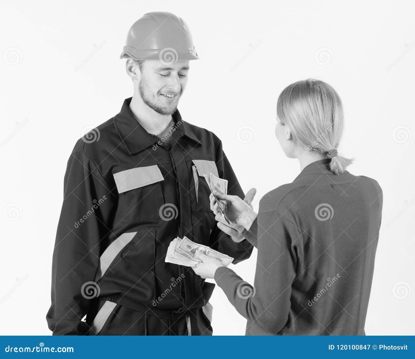 Le client donnent l argent au dépanneur, le constructeur, mécanicien avec la boîte à outils Le réparateur heureux obtiennent le s