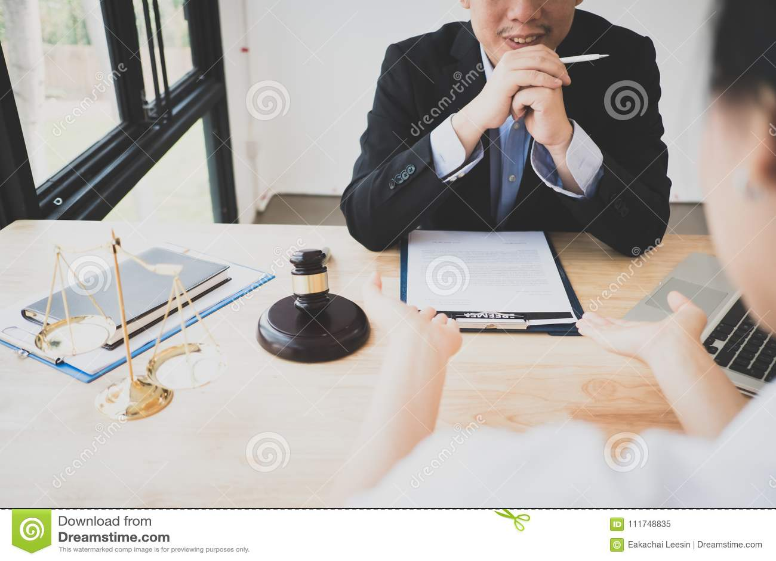 Le client et l avocat ont un entretien en face-à-face de reposer vers le bas pour discuter le juridique