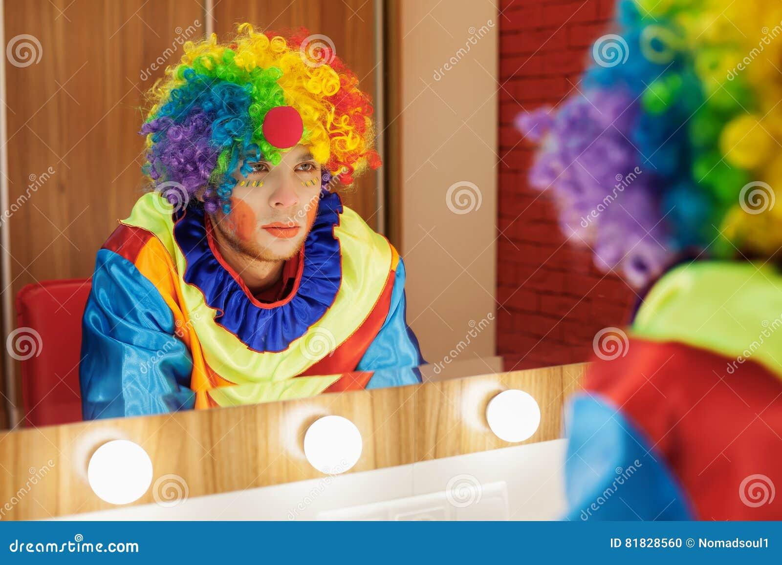 Le clown de cirque regarde dans un miroir dans la chambre de maquillage photo stock image du - Miroir dans la chambre ...