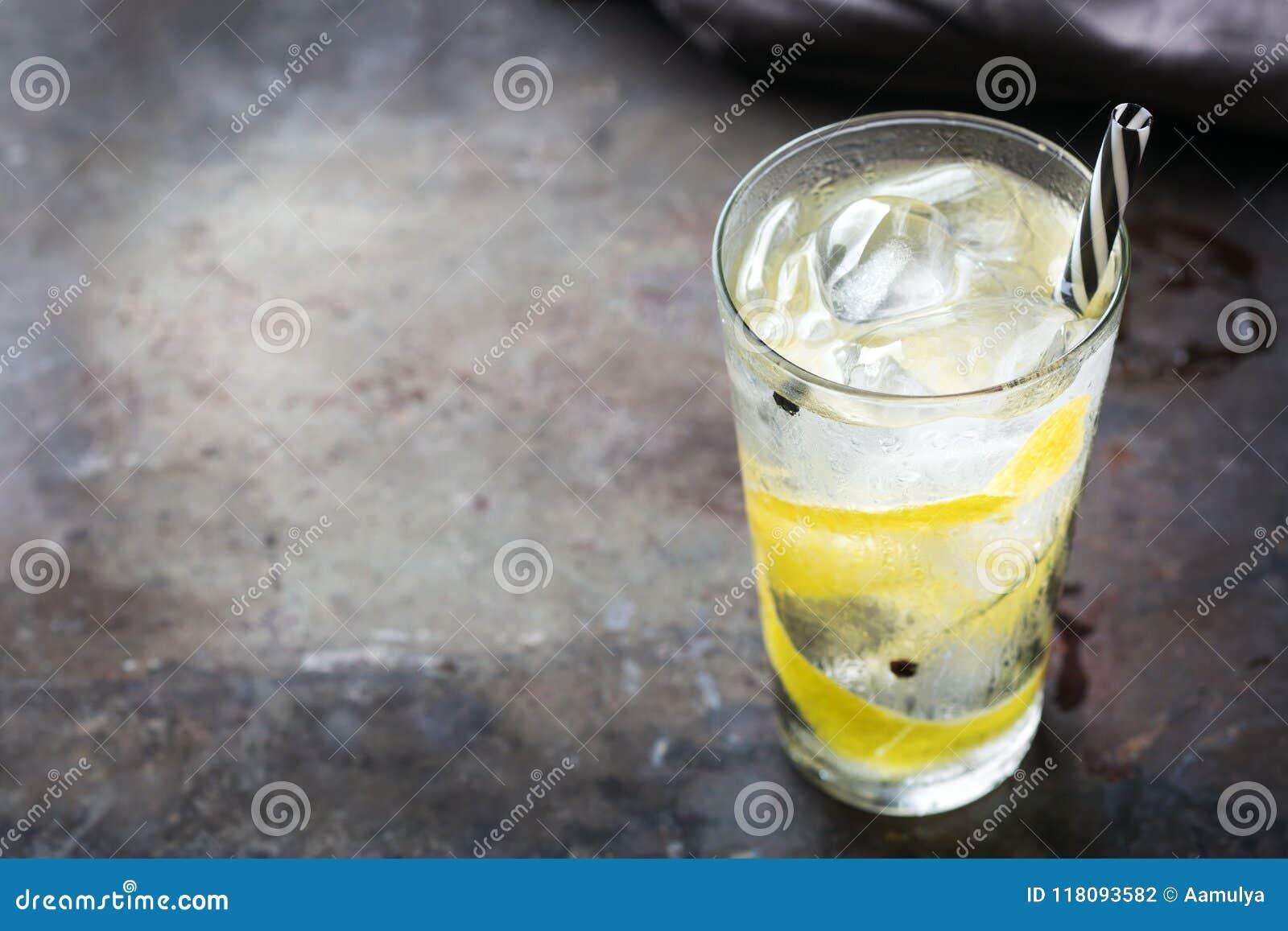 Le cocktail de genièvre et d alcool de tonique boivent avec de la glace en verre