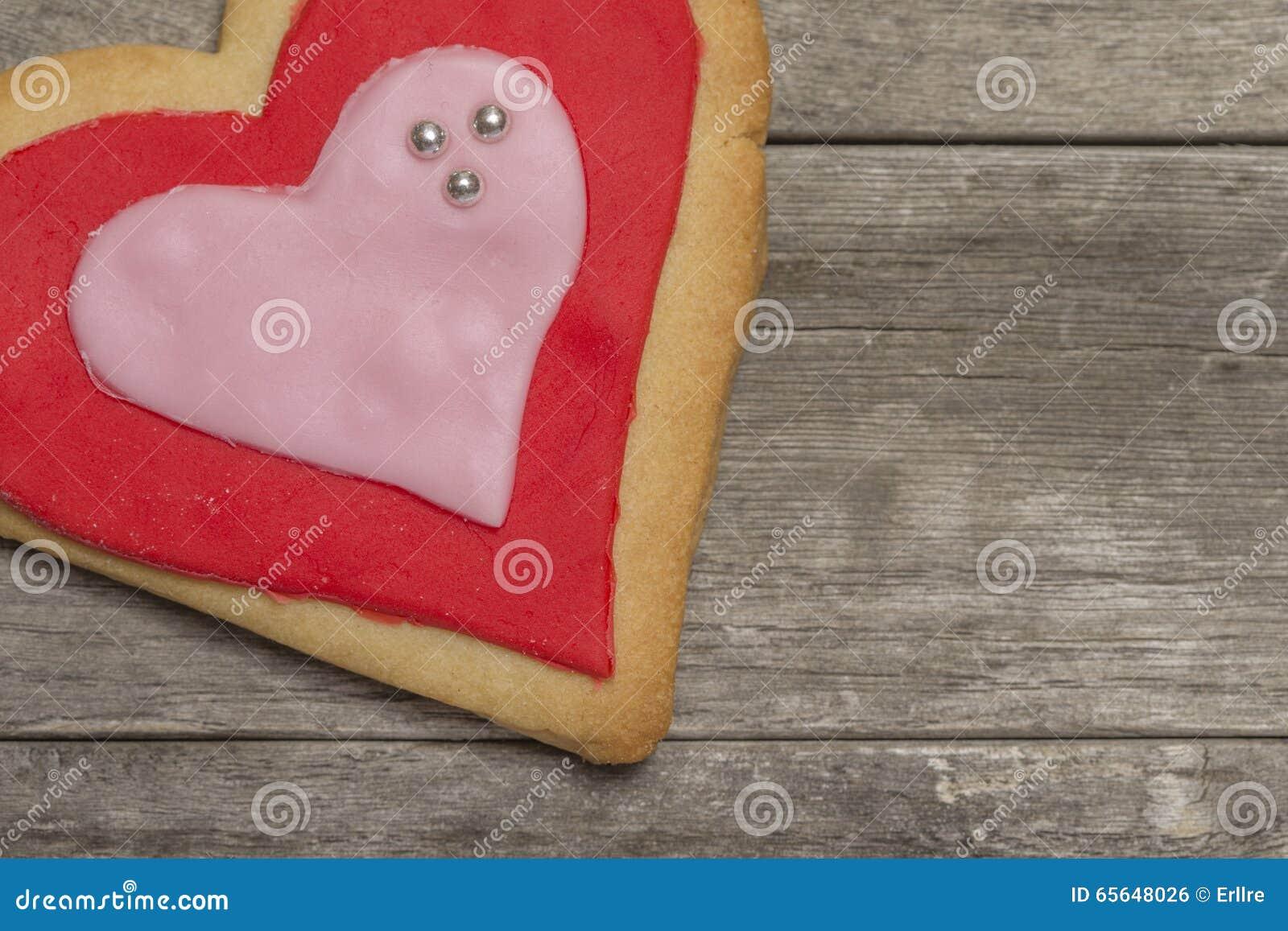 Le coeur de la valentine cuite au four délicieuse avec le glaçage rouge et rose