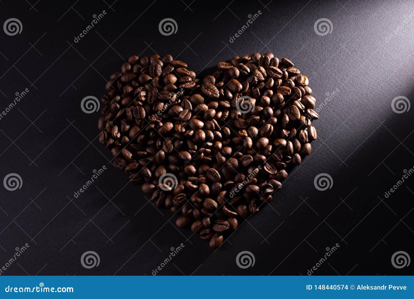 Le coeur est fait de café avec un rayon diagonal éclairé vers la droite