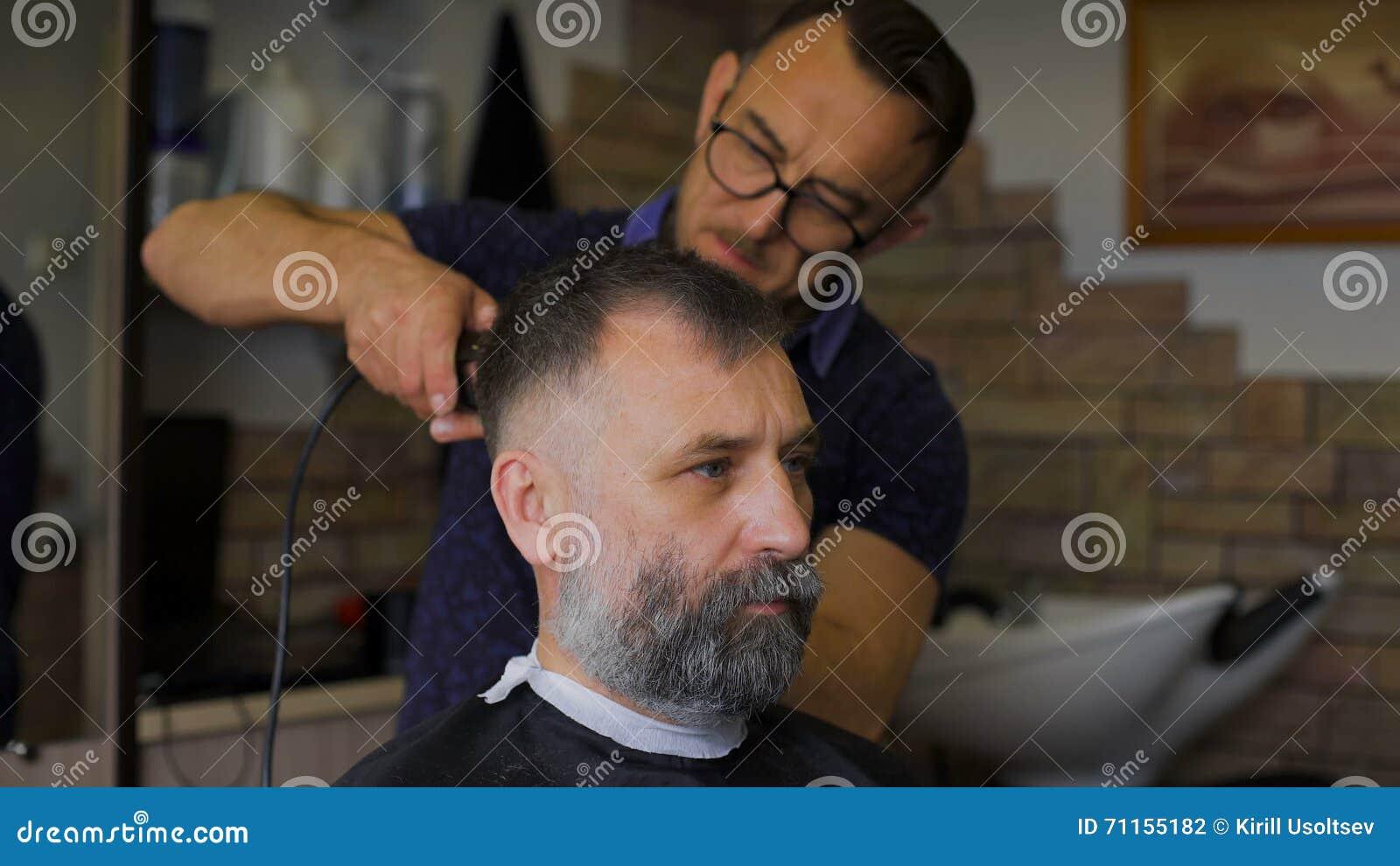 Le Coiffeur Elegant Travaille Avec La Coupe De Cheveux Client Age
