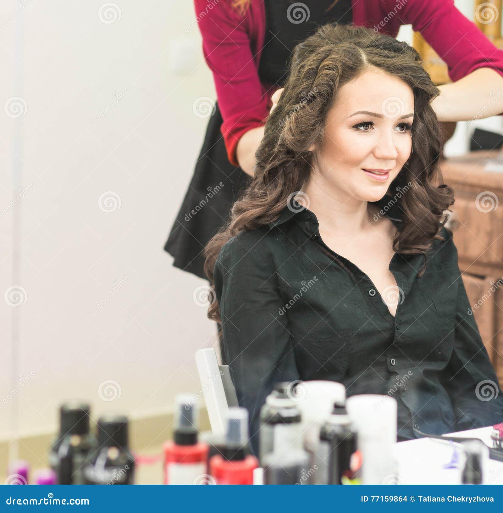 Le coiffeur fait une coiffure à la jeune mariée