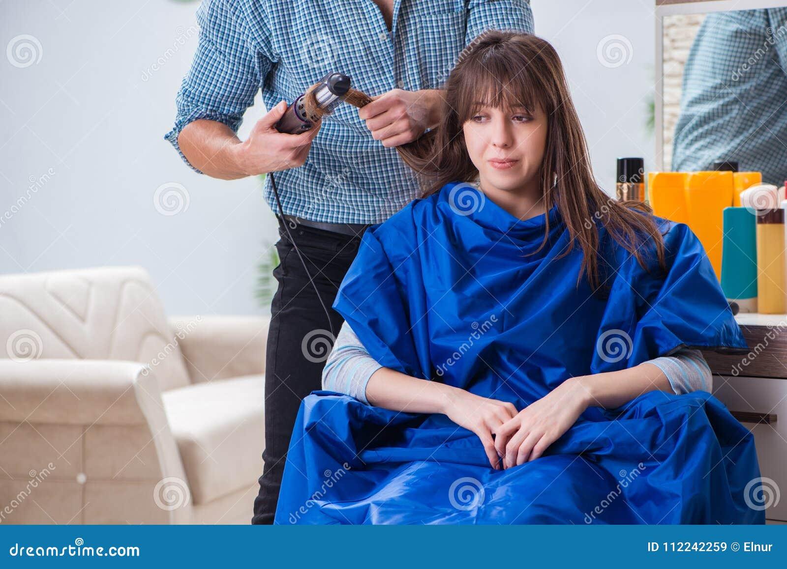 Le Coiffeur Masculin D Homme Faisant La Coupe De Cheveux Pour La