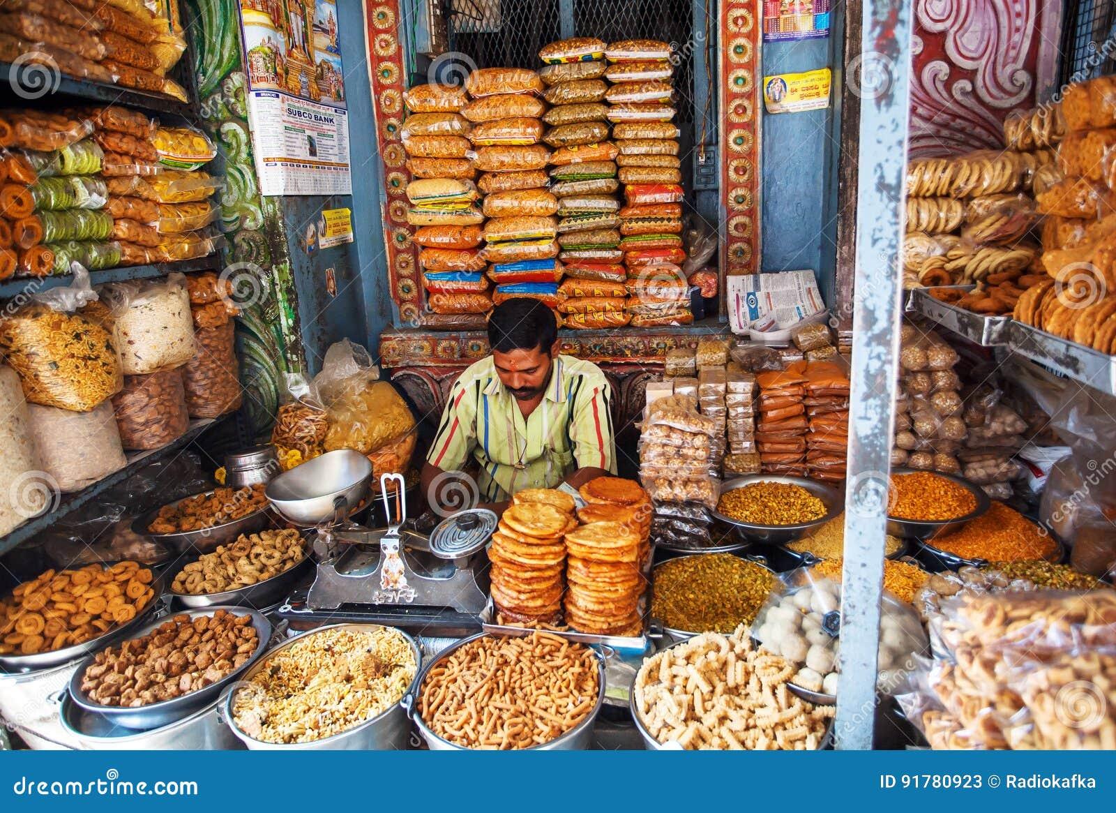Le commerçant à l intérieur de l des bonbons stockent vendre les biscuits et les casse-croûte savoureux
