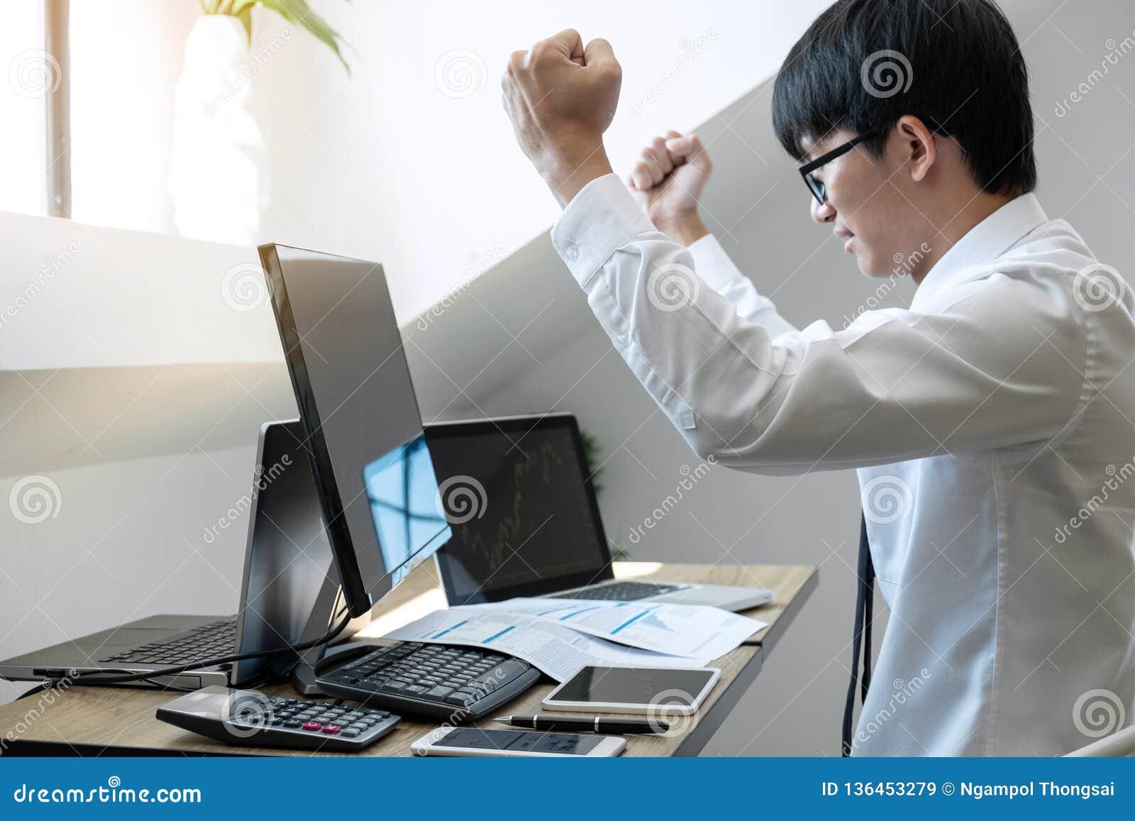 Le commerce d homme d affaires stocke le courtier en ligne et courant regardant le graphique fonctionnant et analysant avec l écr