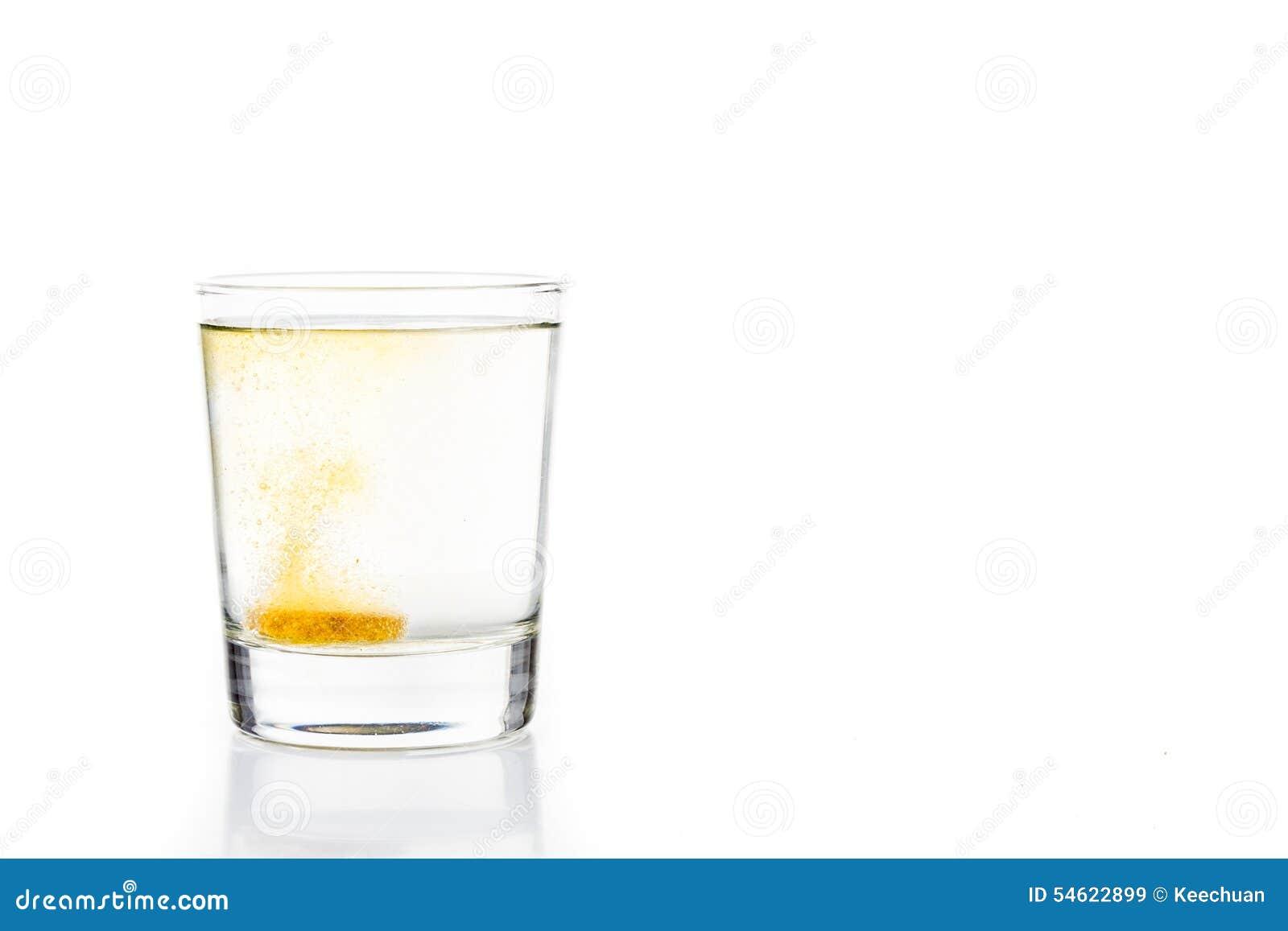 Le comprimé effervescent de vitamine C bouillonne en verre de l eau