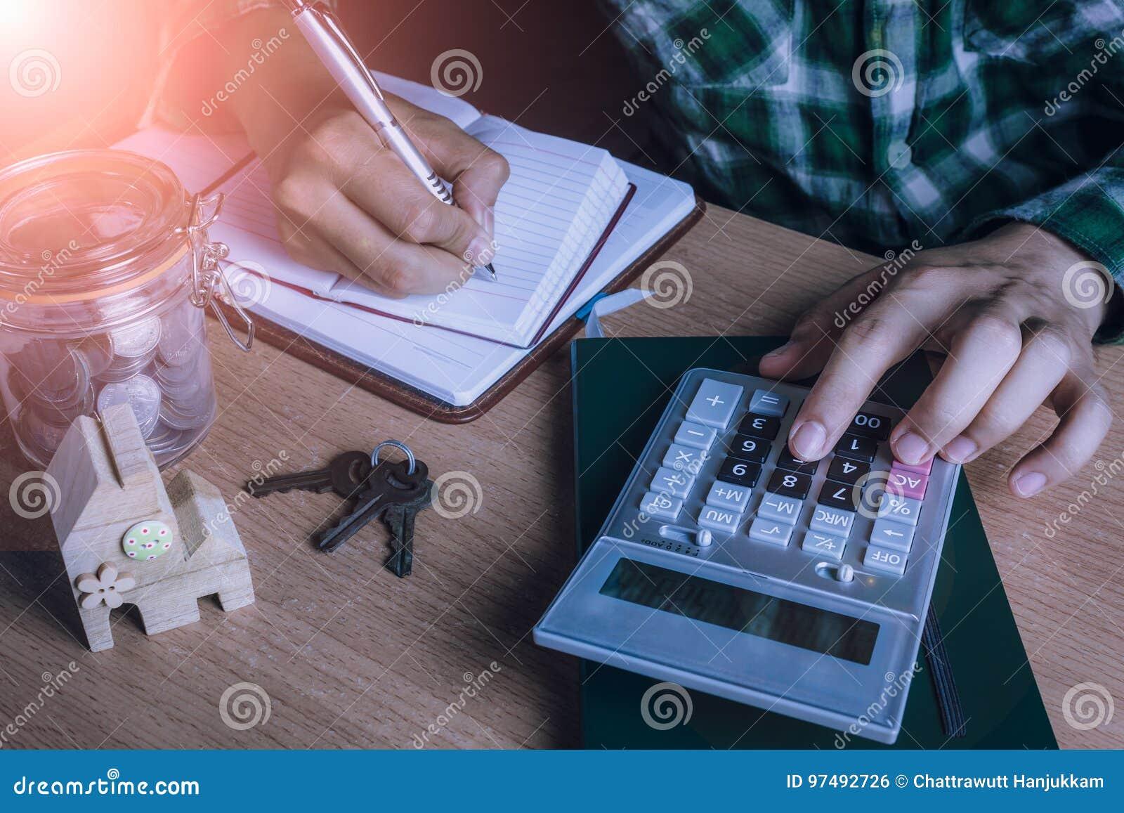 Le comptable ou le banquier asiatique d homme calculent les finances/épargne argent ou économie pour la maison de loyer