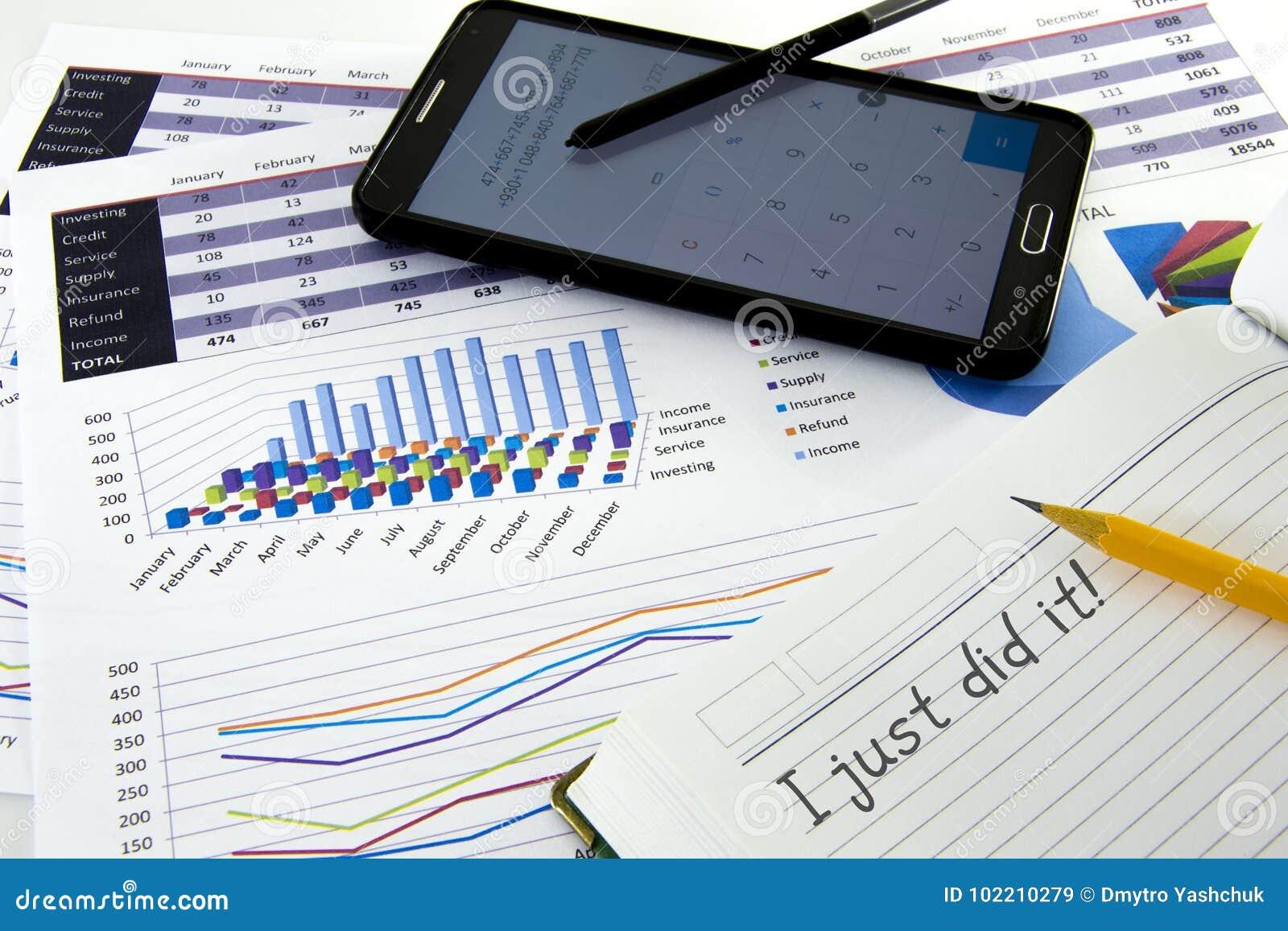 Le comptable vérifient l exactitude des relevés des compte financier  bookkeep