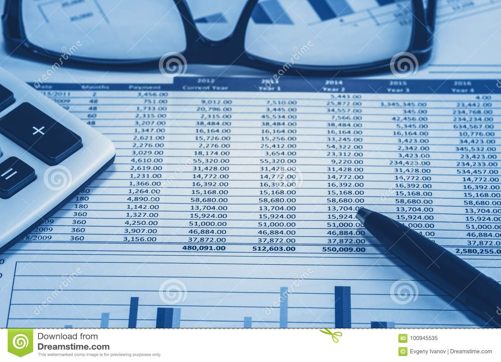 Le compte bancaire financier de comptabilité de banque stockent des données de feuille de calcul pour le comptable avec le stylo