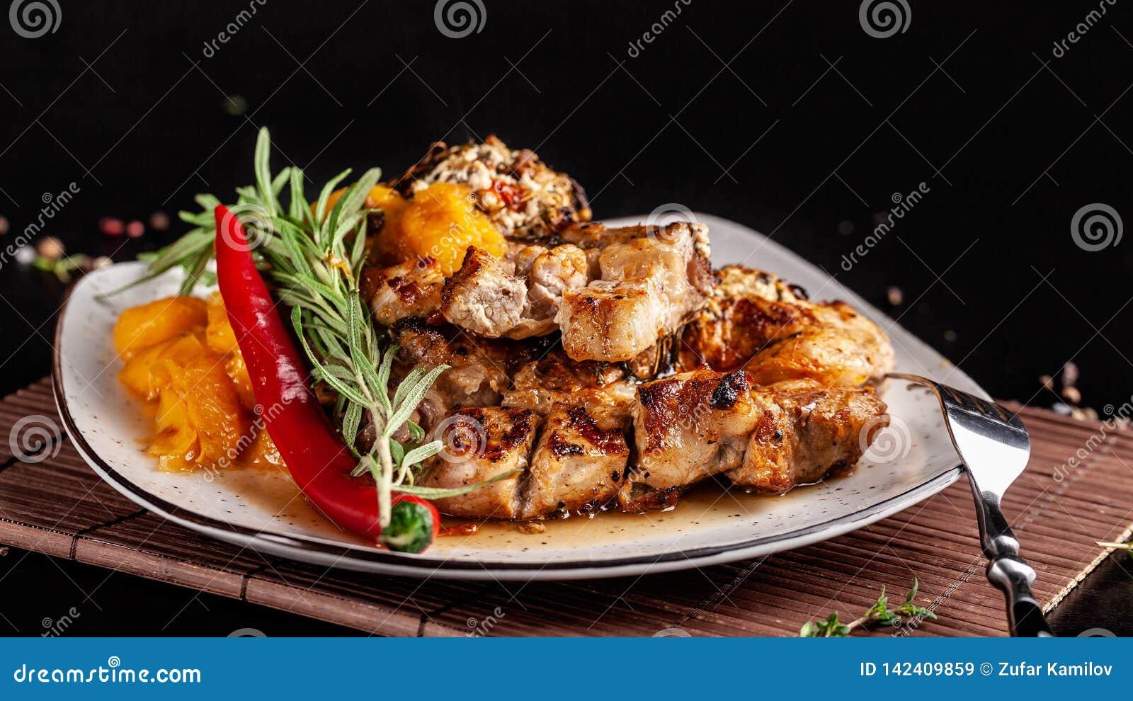 Le concept de la cuisine mexicaine Bifteck grillé de porc avec de la sauce épicée, le Salsa de poivron rouge, les pêches et les c