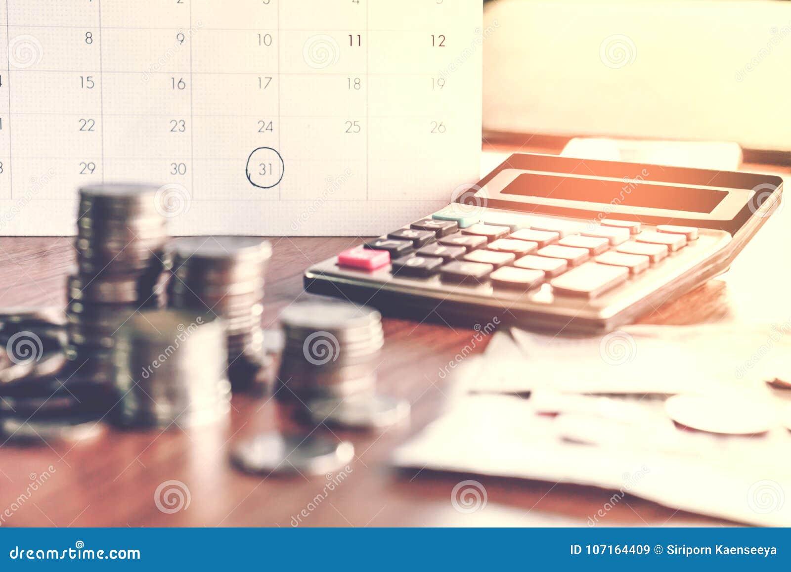 Le concept de recouvrement des dettes et de saison d impôts avec le calendrier de date-butoir rappellent la note, pièces de monna