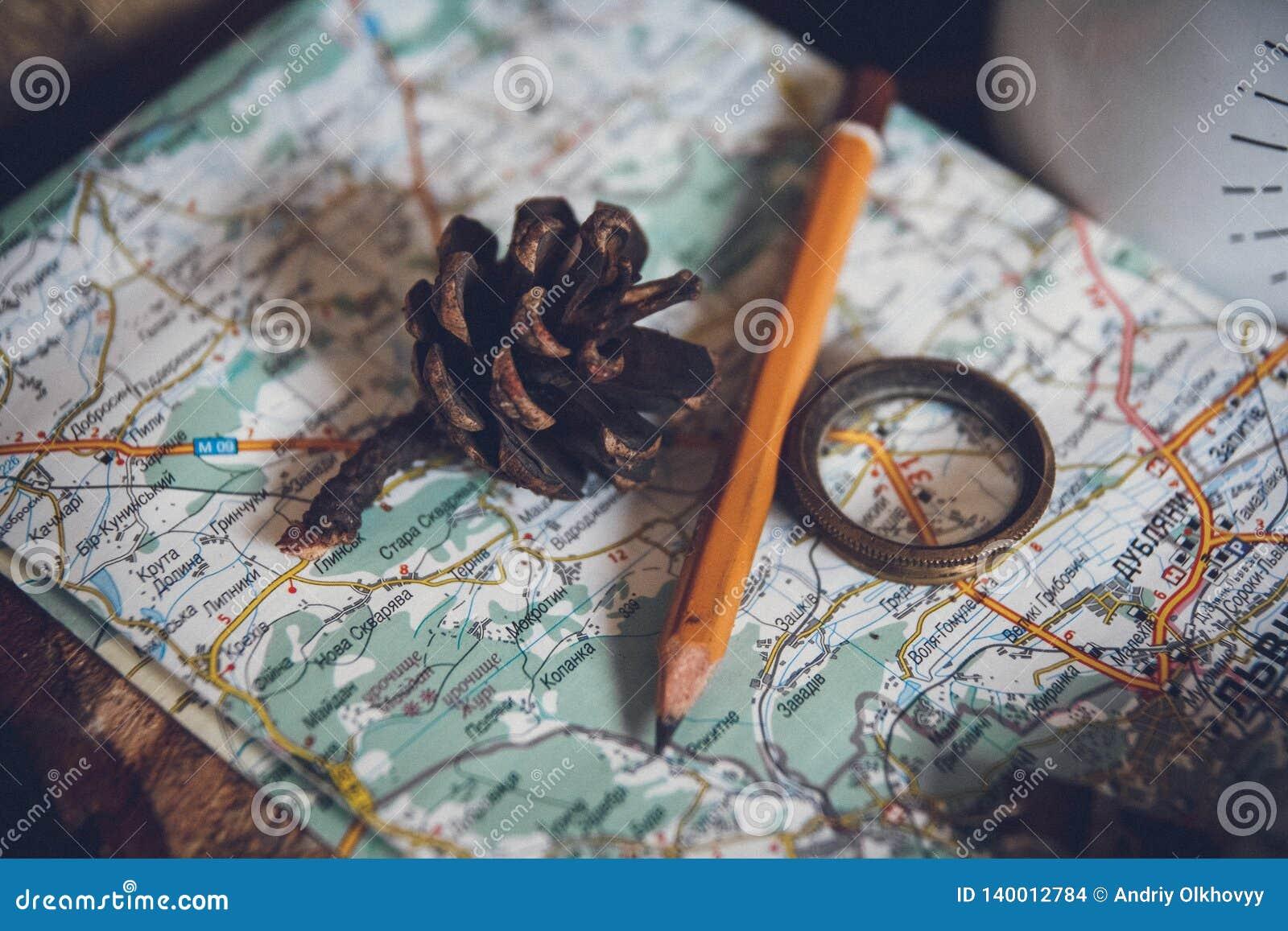 Le concept de voyage, la vie objecte toujours la clé, le petit pain de papier, le signe à la maison, la loupe, la boussole et la