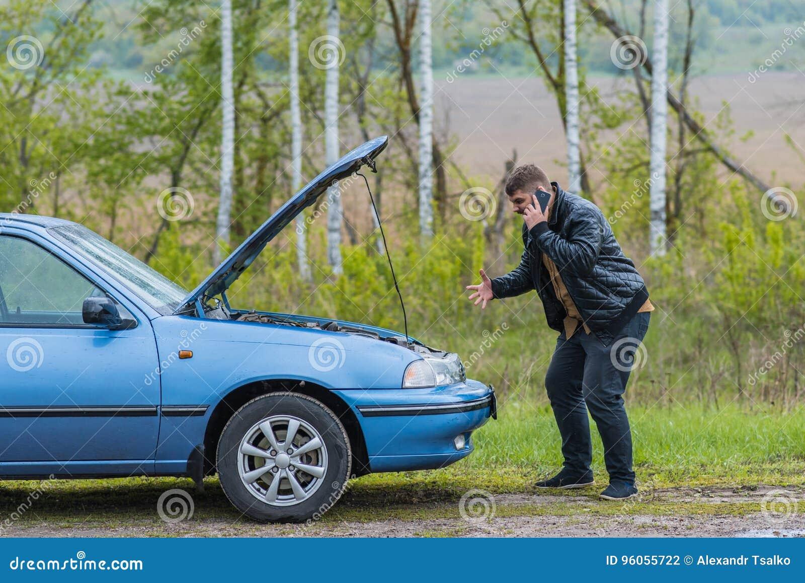 Le conducteur nerveux appelle au service SVP par le téléphone