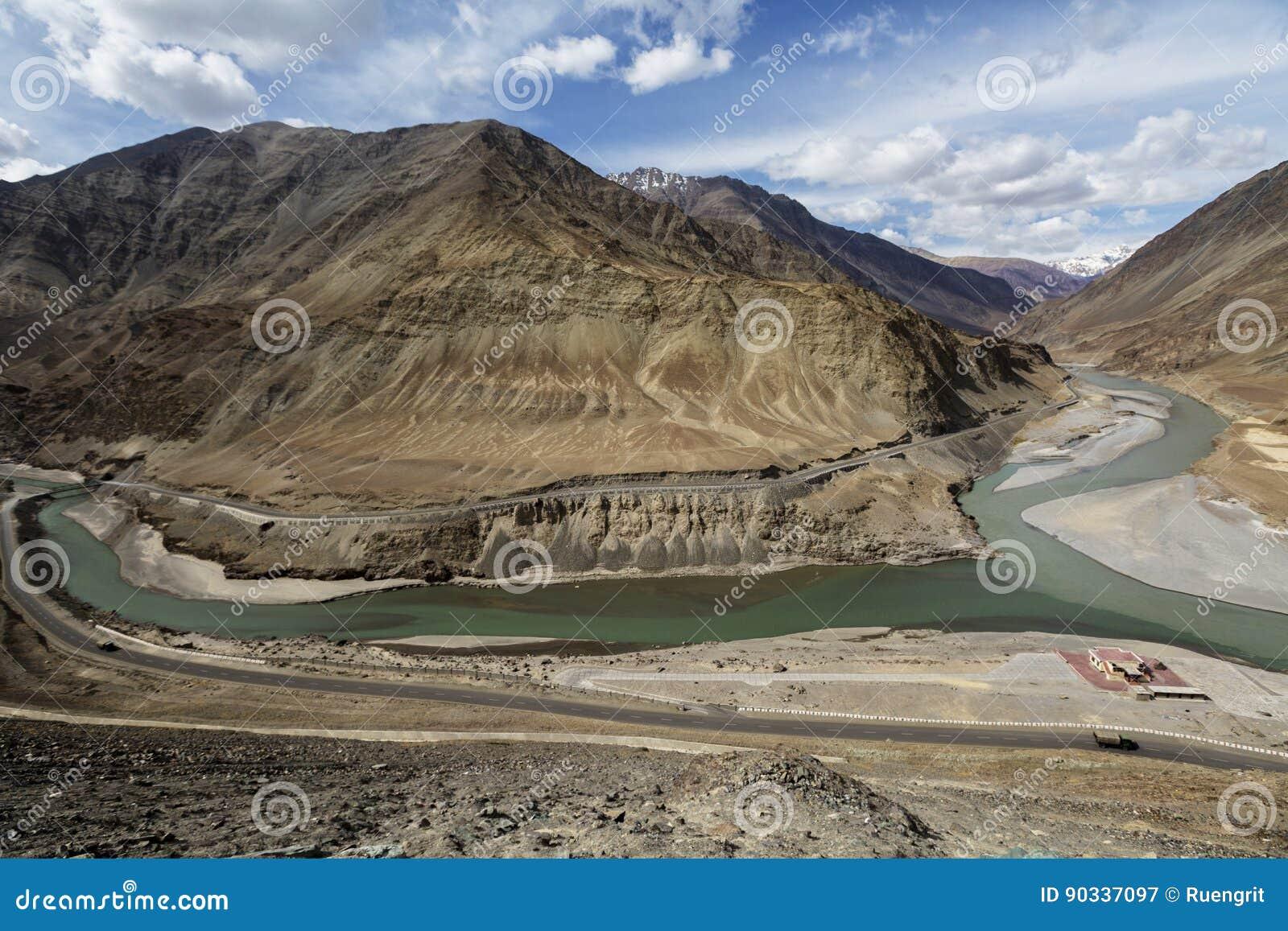Le confluent d Indus et des rivières de Zanskar sont le col deux différent