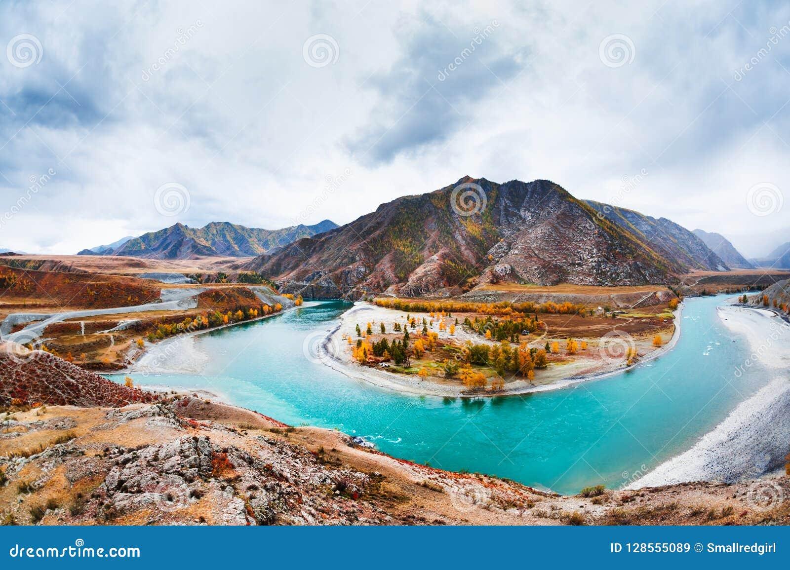 Le confluent des rivières de Chuya et de Katun dans Altai, Russie