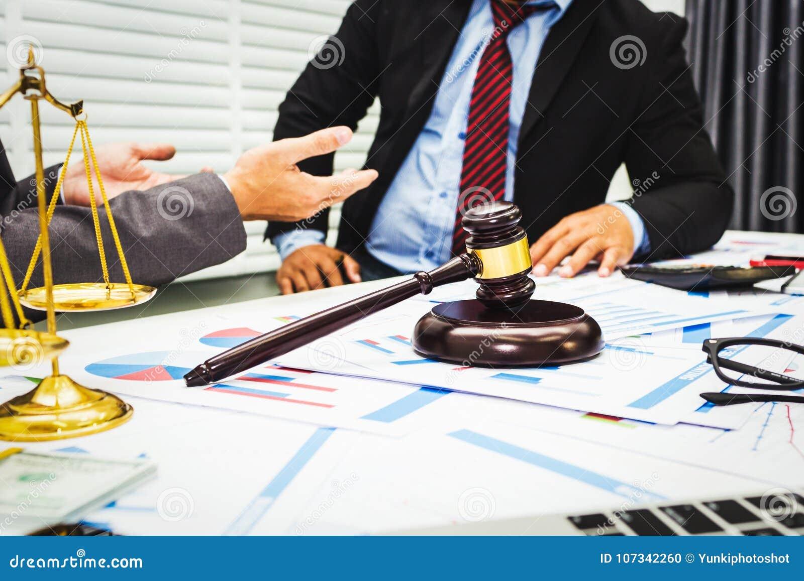 Le conseil des avocats et des banquiers