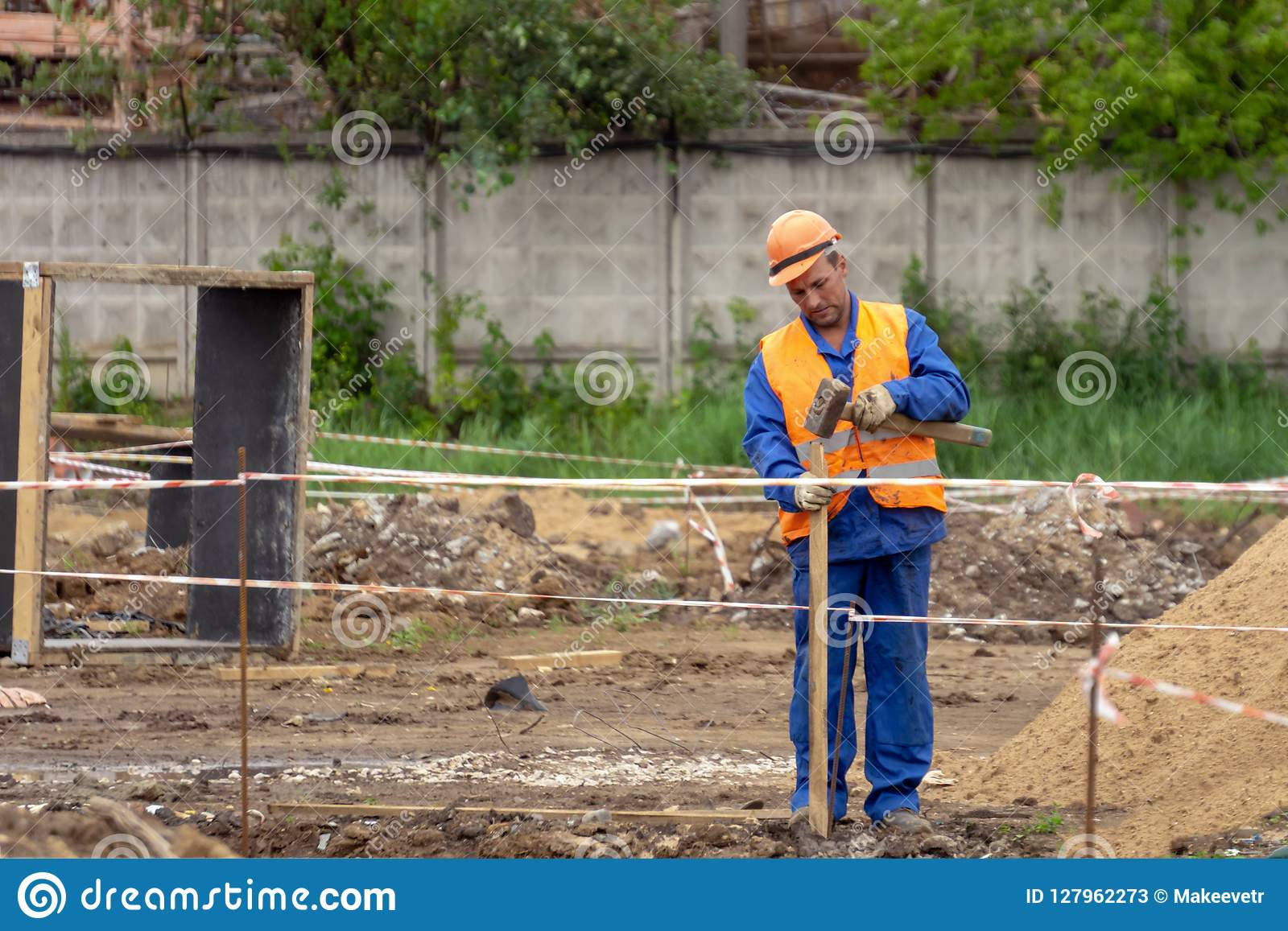 Le constructeur fait une barrière au chantier de construction