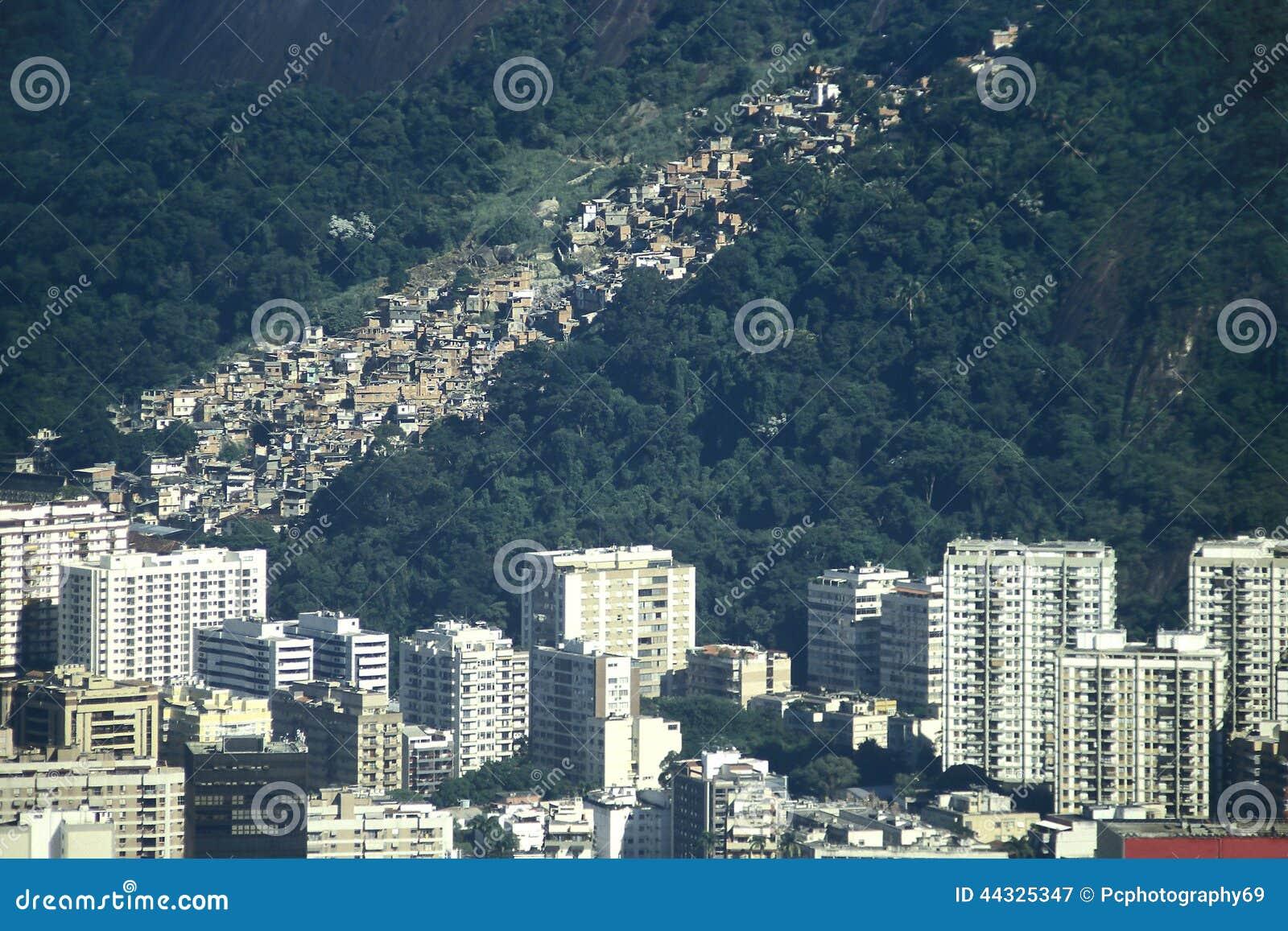 Le contraste bewtween la richesse et la pauvreté au Brésil : gratte-ciel