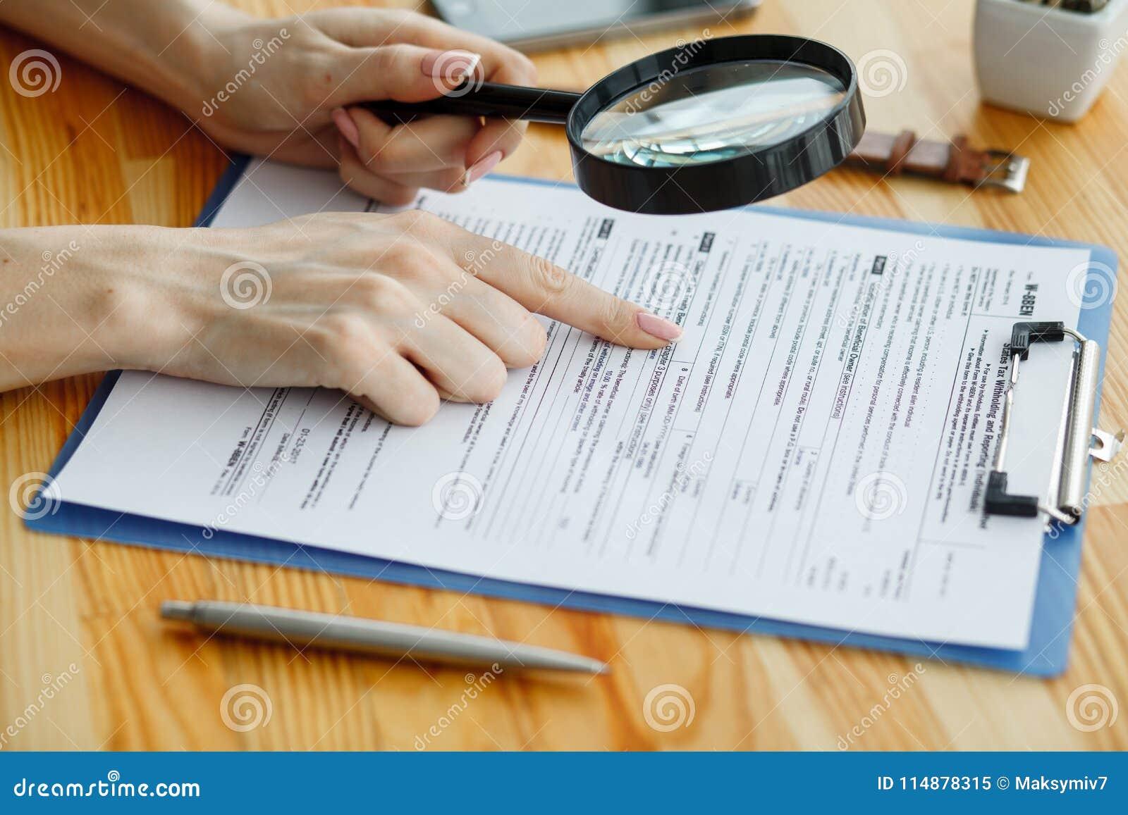 Le contrat attendant un notaire se connectent le bureau
