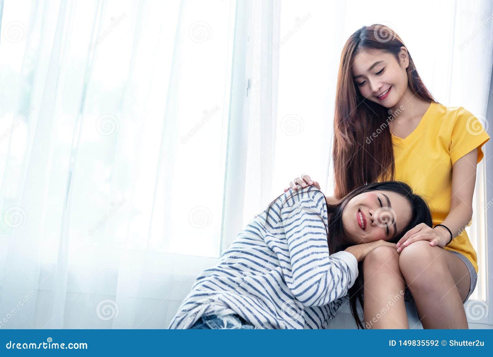 Le coppie asiatiche ciao insieme insieme vicino alla finestra bianca con il sole molle nel momento di felicit? La gente e concett