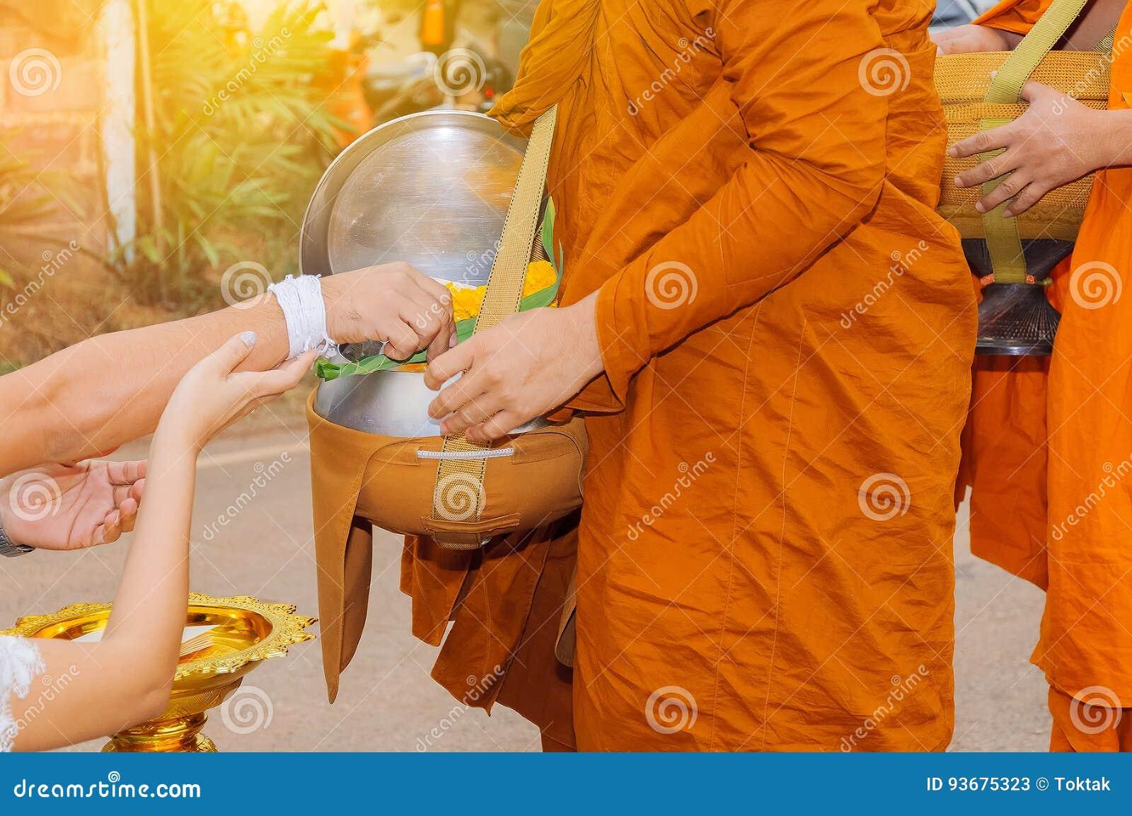Le coppie dell amante offrono l alimento al monaco di mattina, s tradizionale