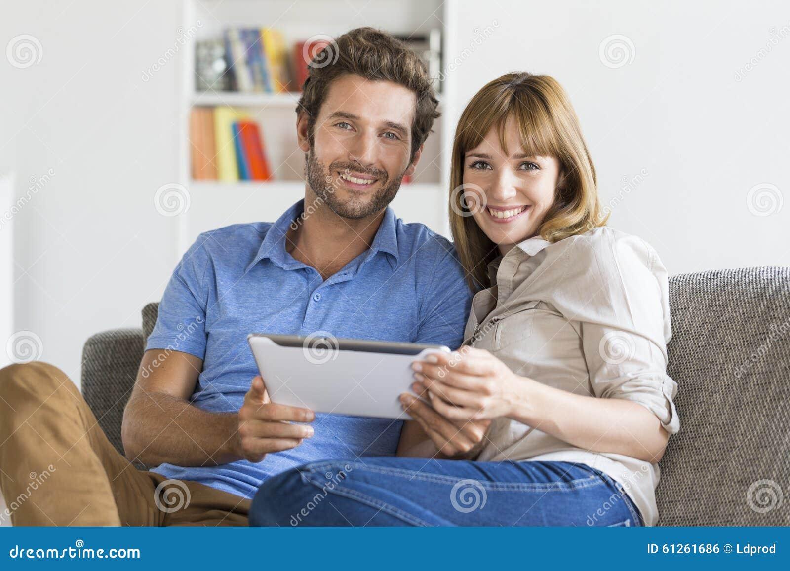 Le coppie di trenta anni sul app riducono in pani il pc nella casa bianca moderna