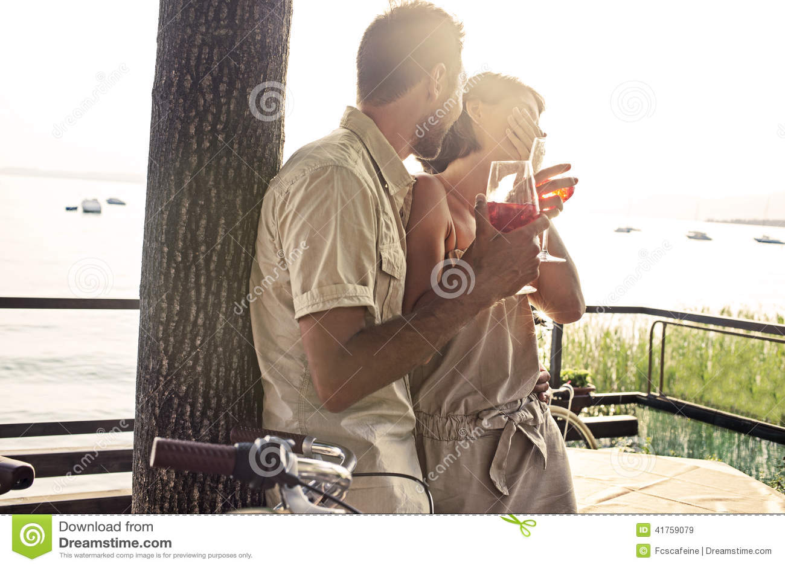 Le coppie nell amore che ha spritz il tempo con la vista del lago