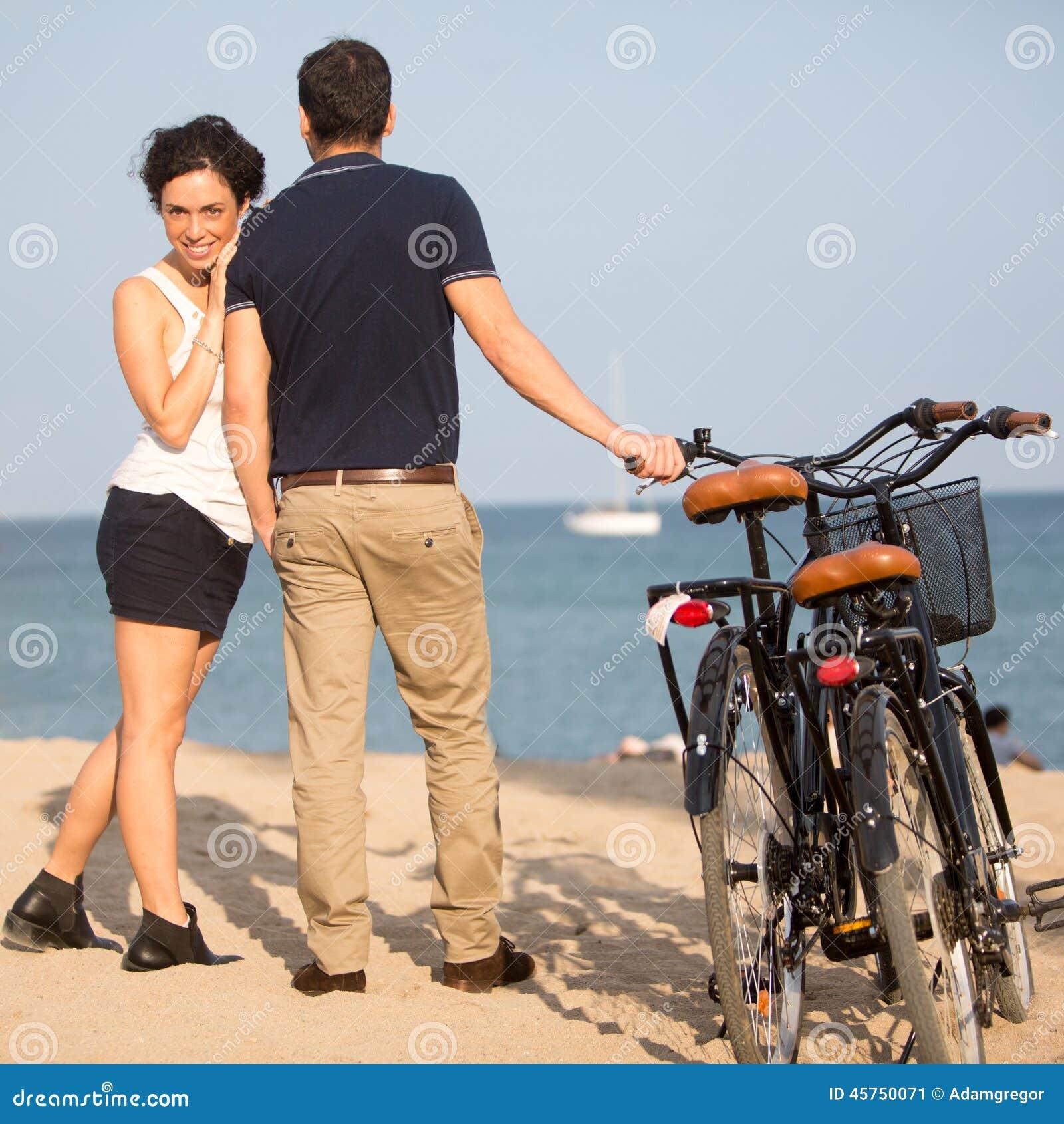 Le coppie nell amore sulla città tirano con le bici
