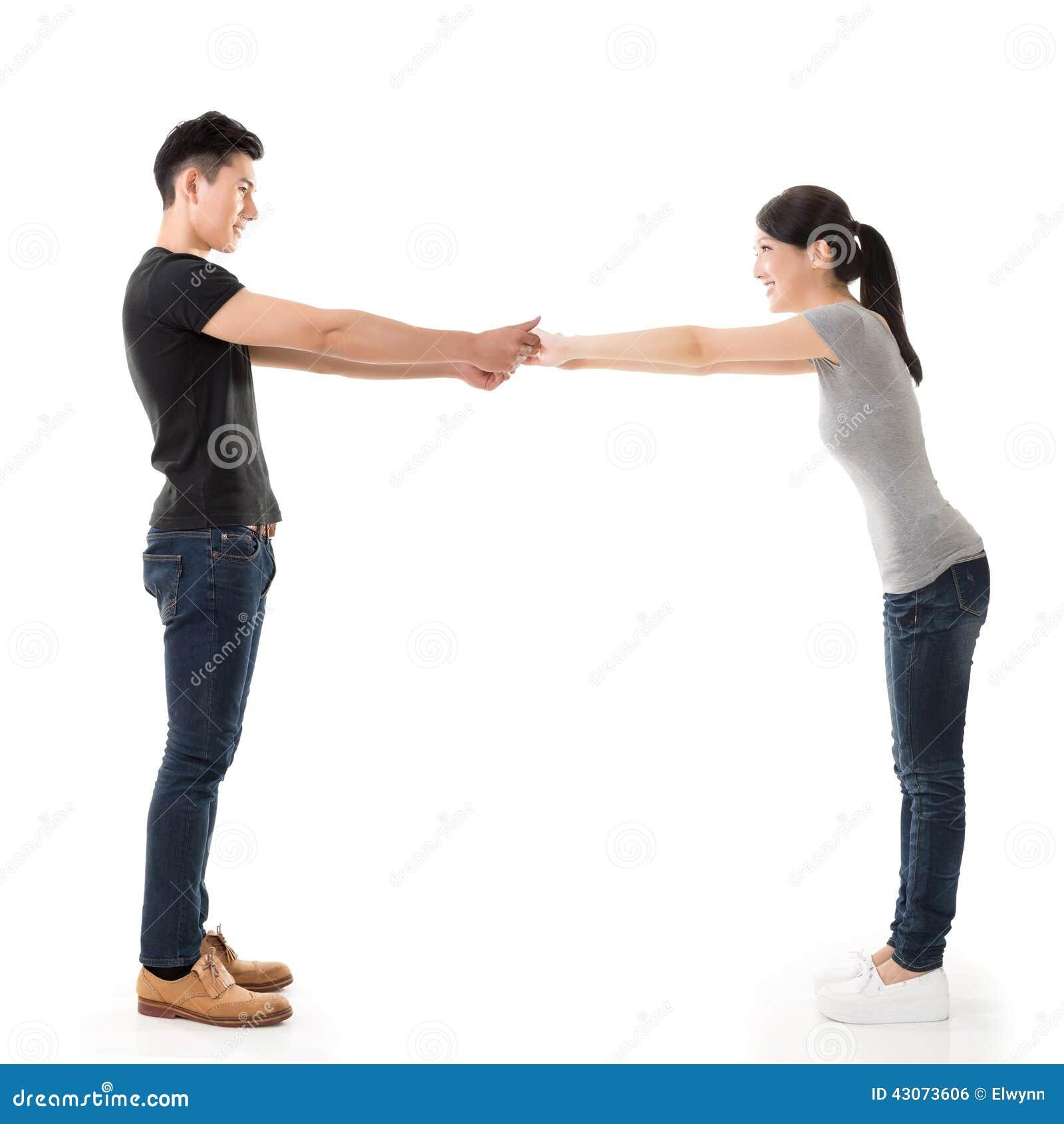Le coppie si tengono per mano