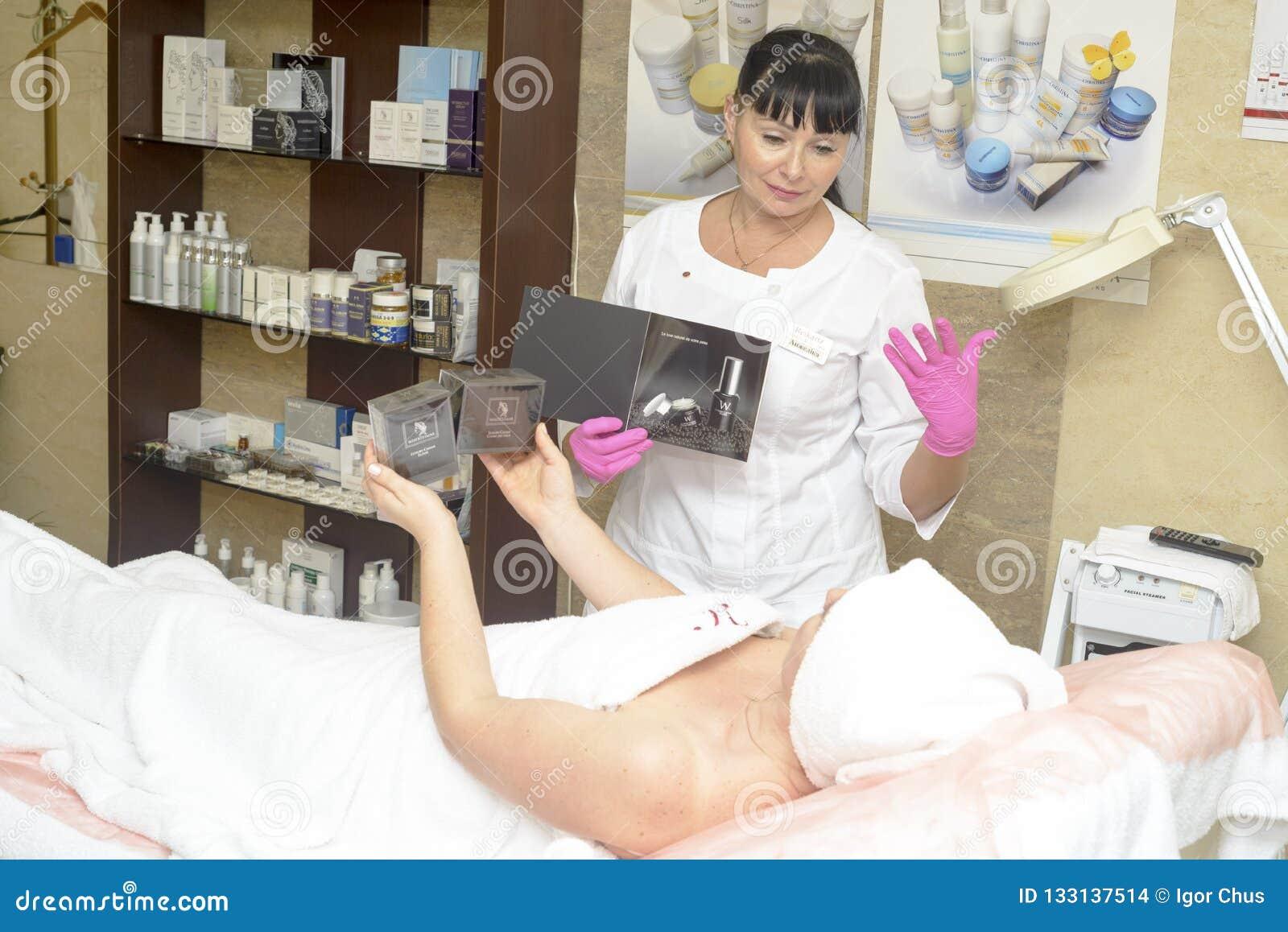 Le cosmetologist offre les cosmétiques de client, Ukraine, village de Polyana, décembre 2018