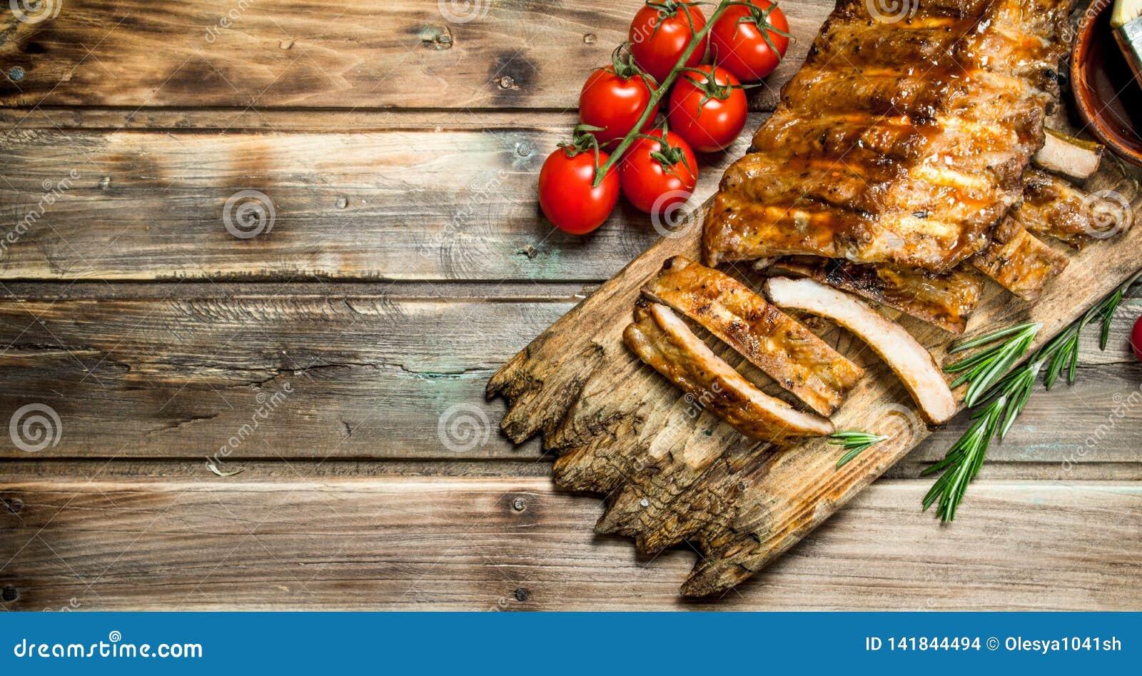 Le costole tagliate hanno grigliato con una salsa